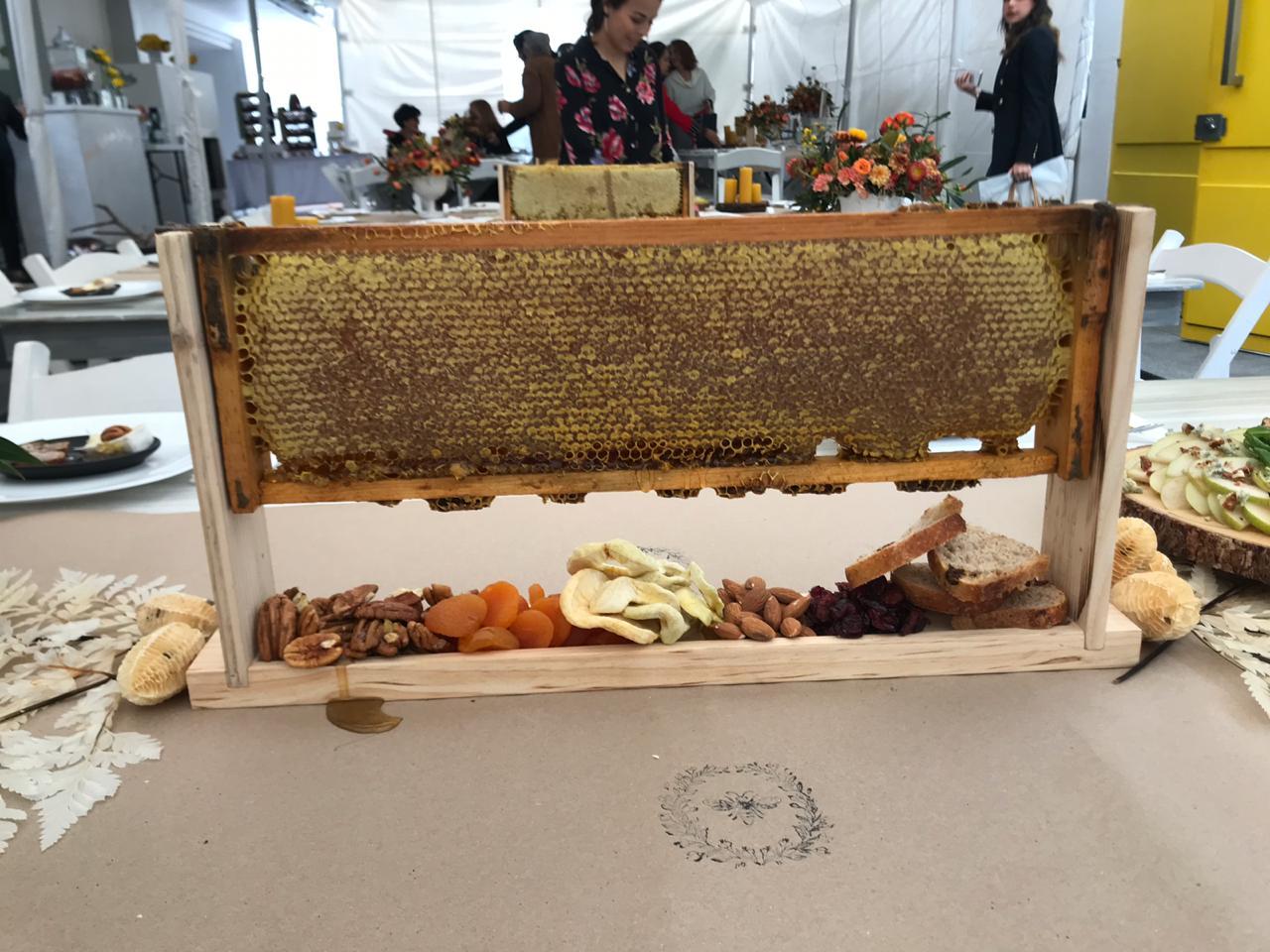Panal de Miel con frutos secos como centro de mesa en una Boda