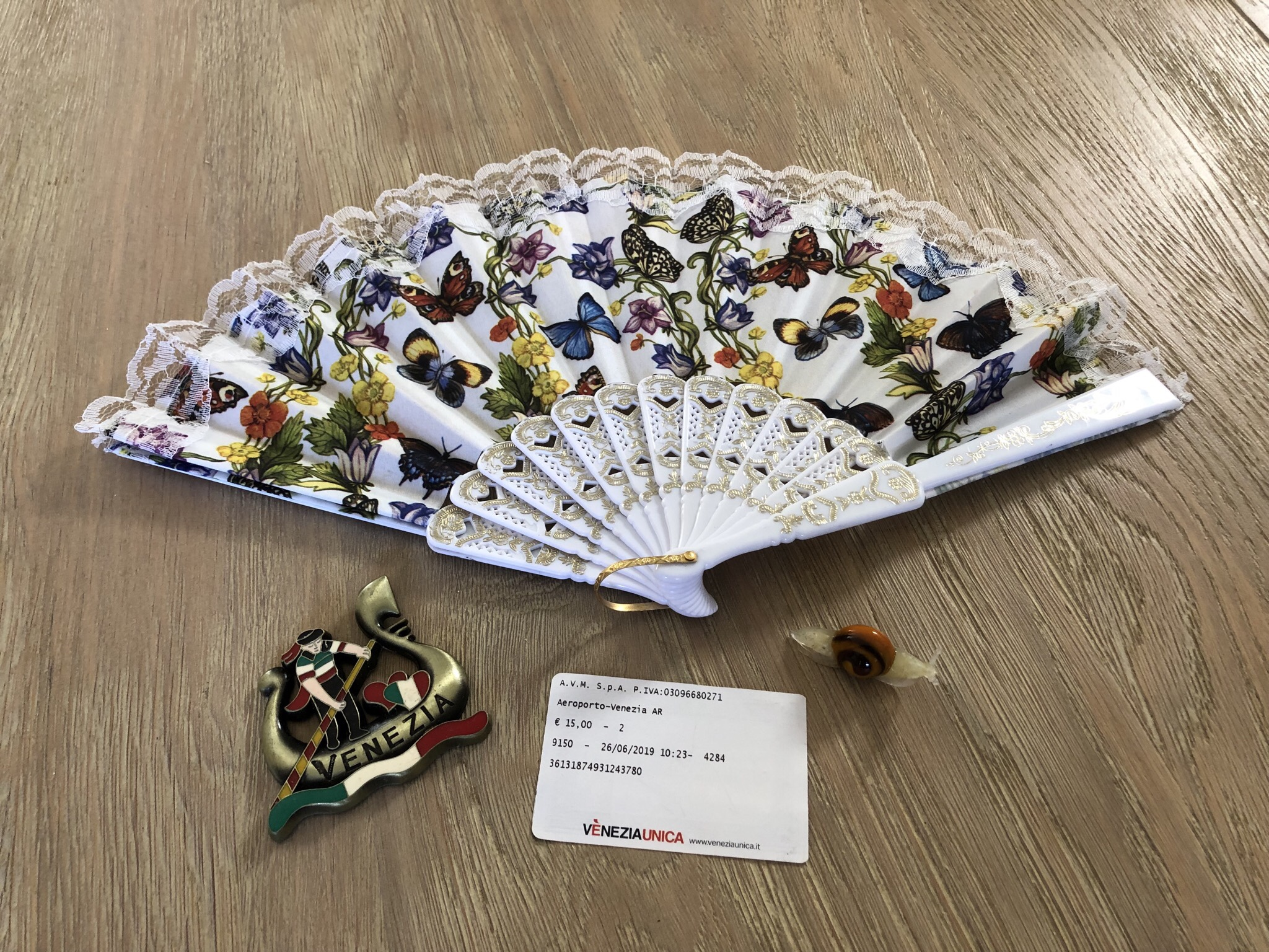 And what wonderful memories and souvenirs I have of my grand day out. The obligatory fan, the must have gondolier fridge magnet and a rather sweet Murano glass snail. I rather like the fact that snails roam wherever they choose because they take can their house with them. :)