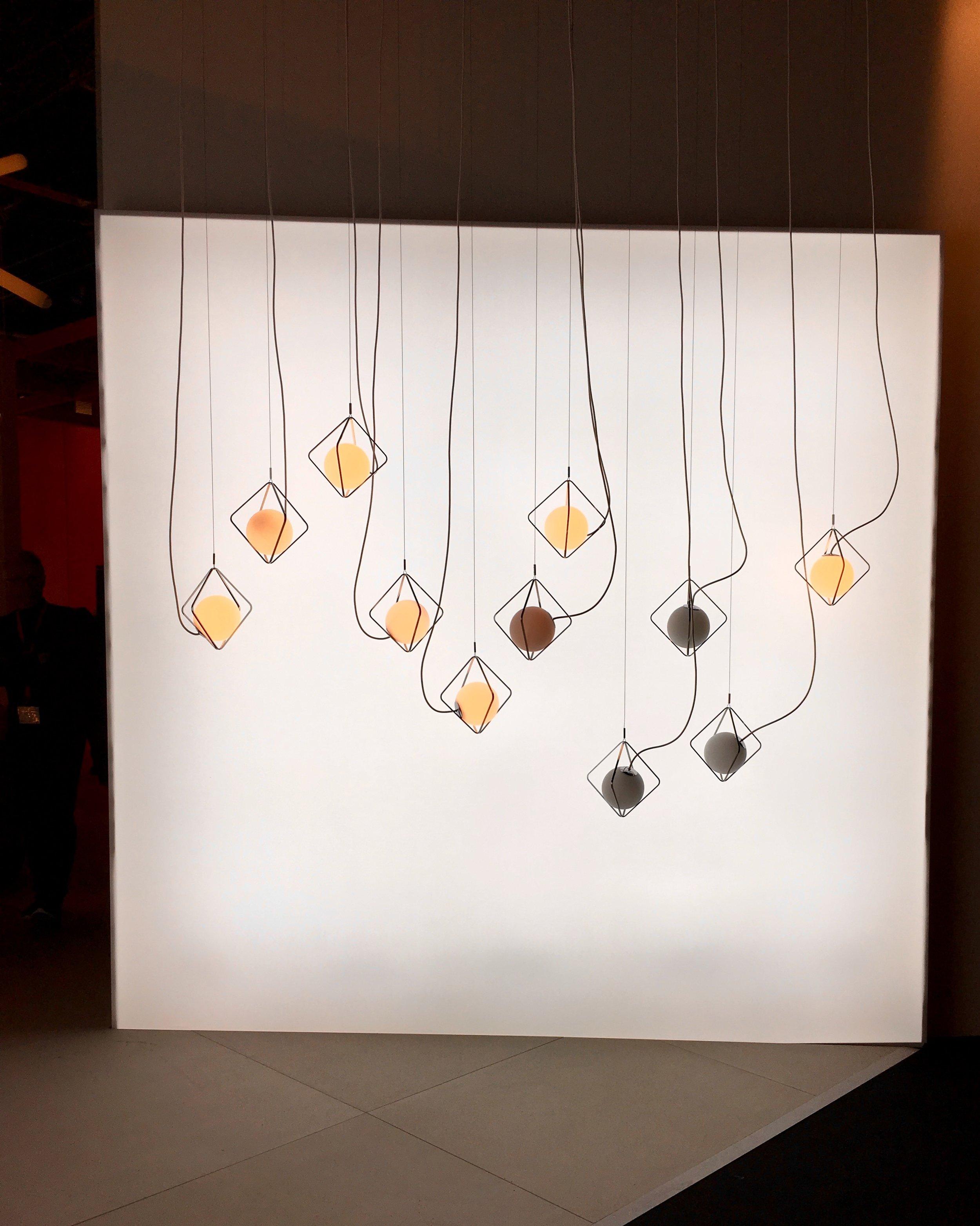 """Installation Tischleuchte Macaron in """"Das Haus"""", von Lucie Koldova, Foto: U. Latzke"""