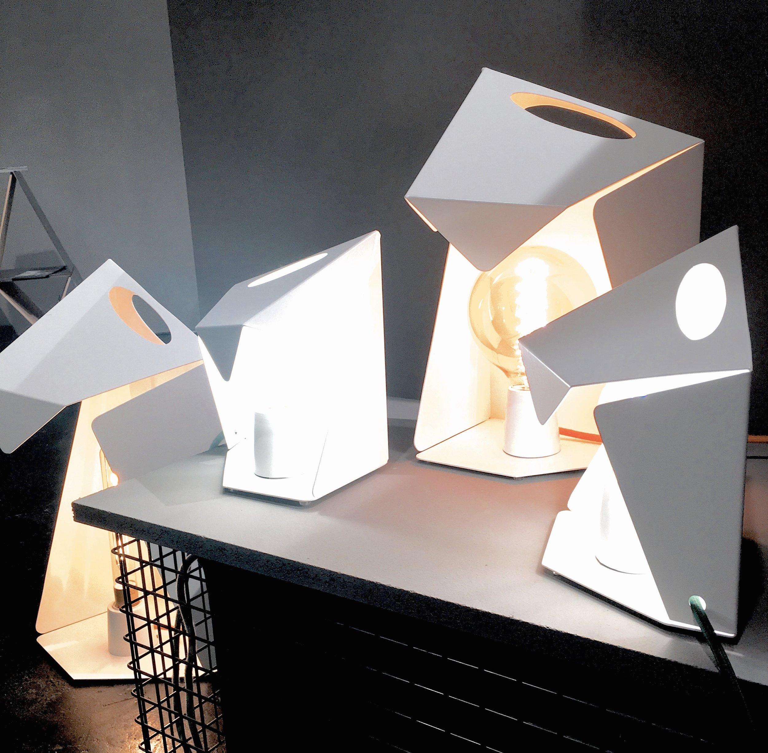 Die Tischleuchten aus Metall von Julia Lenz erinnern an Papiertüten, Foto: U. Latzke