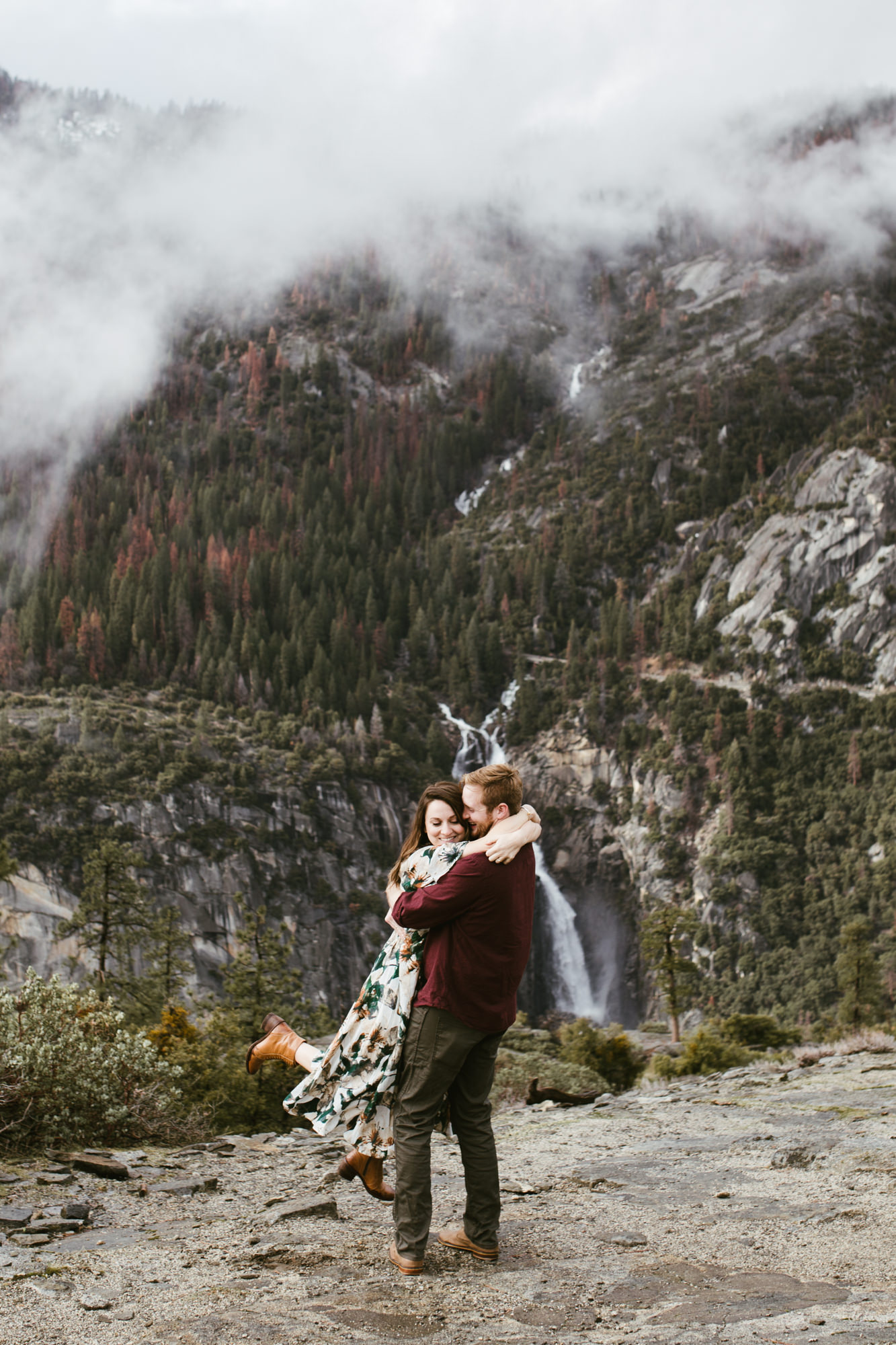 yosemite national park foggy engagement session | destination engagement photo inspiration | utah adventure elopement photographers | the hearnes adventure photography | www.thehearnes.com