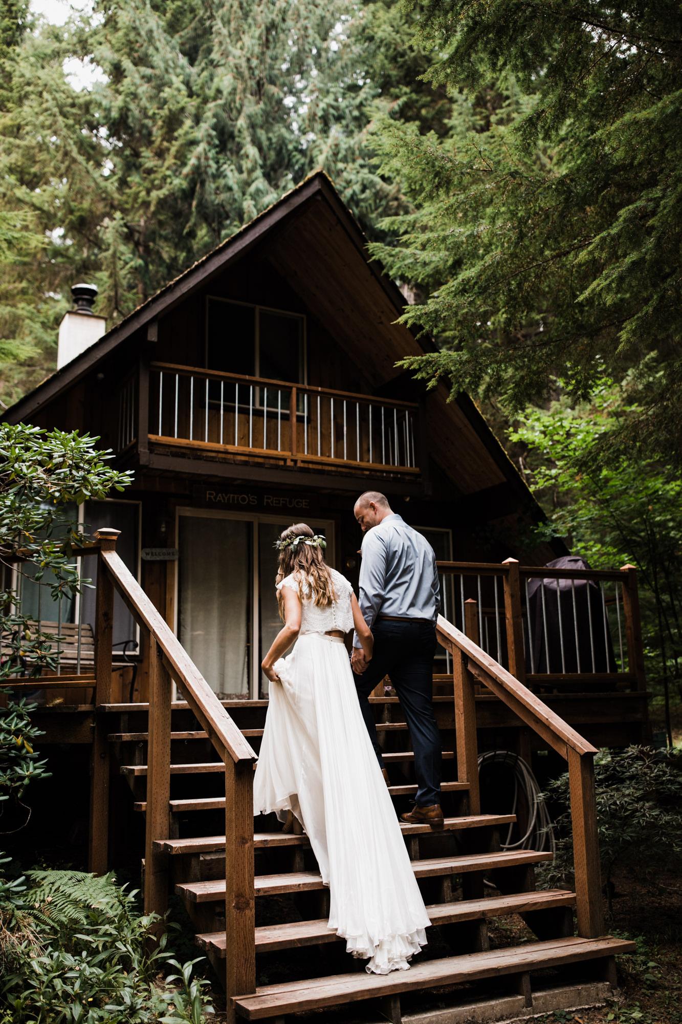 cabin in the woods elopement near mount rainier national park | destination adventure wedding photographers | the hearnes adventure photography | www.thehearnes.com
