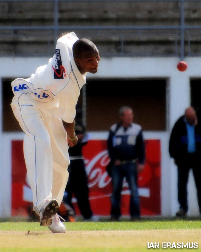 Cape Cobra's fast bowler Monde Zondeki bowls during a domestic first class leage warm-up match against the Chevrolet Warriors.   Oudsthoorn Recreation Ground, Oudsthoorn, South Africa. Sep 21 2008