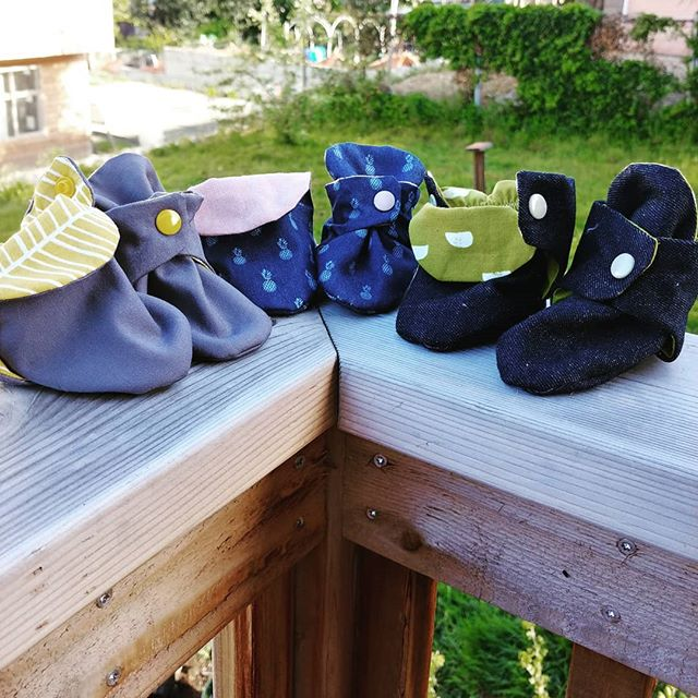 Three new pairs of Zutano-inspired booties. The linings barely show when worn, so they should work with most outfits.  @handmadeintheheartland #memademay2019 #minimemademay #memademay