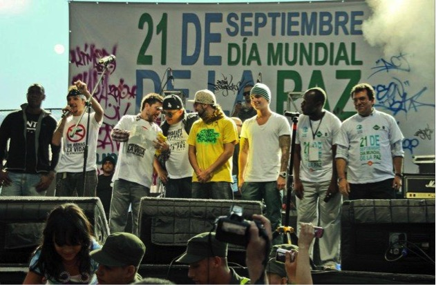Figura 3: Peace One Day in Medellín. Photo: Yojan Valencia. (From right to left: A l onso Salazar, Mayor of Medellín; John Jaime Sánchez, Son Batá leader; JBalvín, recognised reggaeton singer; Musician from Crew Peligrosos of Comuna 4; Jeihhco, artist and cultural manager of Comuna 13; Juanes, Colombian singer; Mario, vocalist of the group Doctor Krápula; and Nene, from Son Batá)
