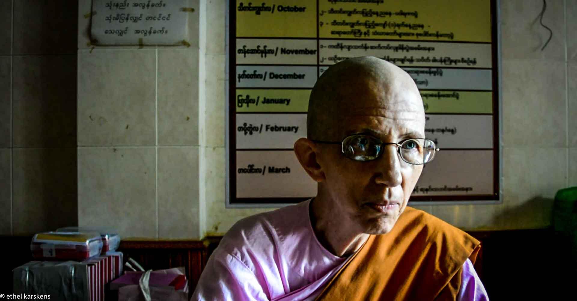 Femme racontant l'histoire du bouddhisme