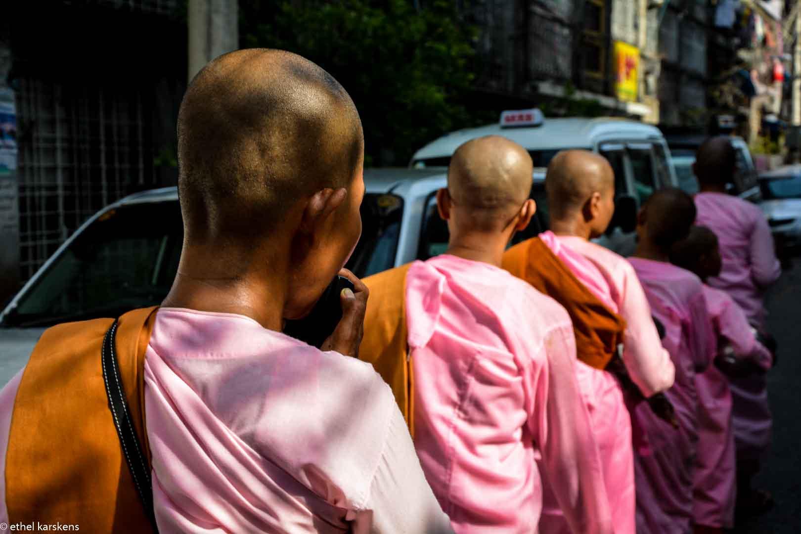 Femmes passant dans les rues de Yangon (l'aumône)