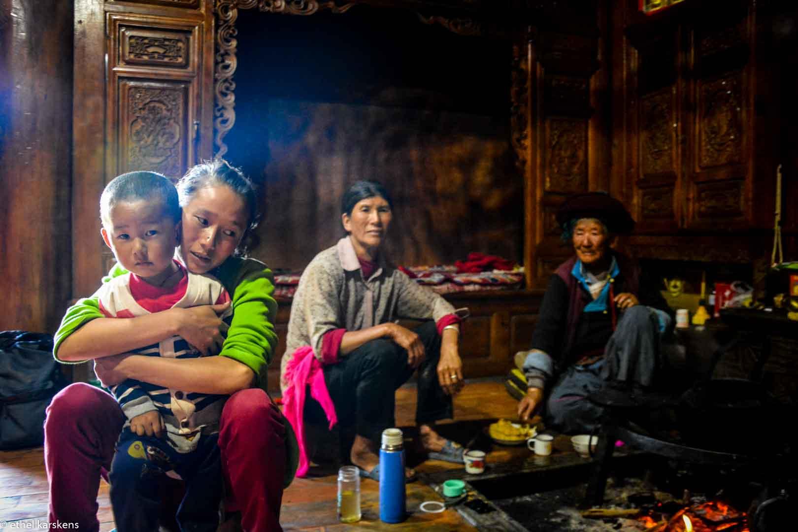 Trois générations de femmes dans une maison Mosuo