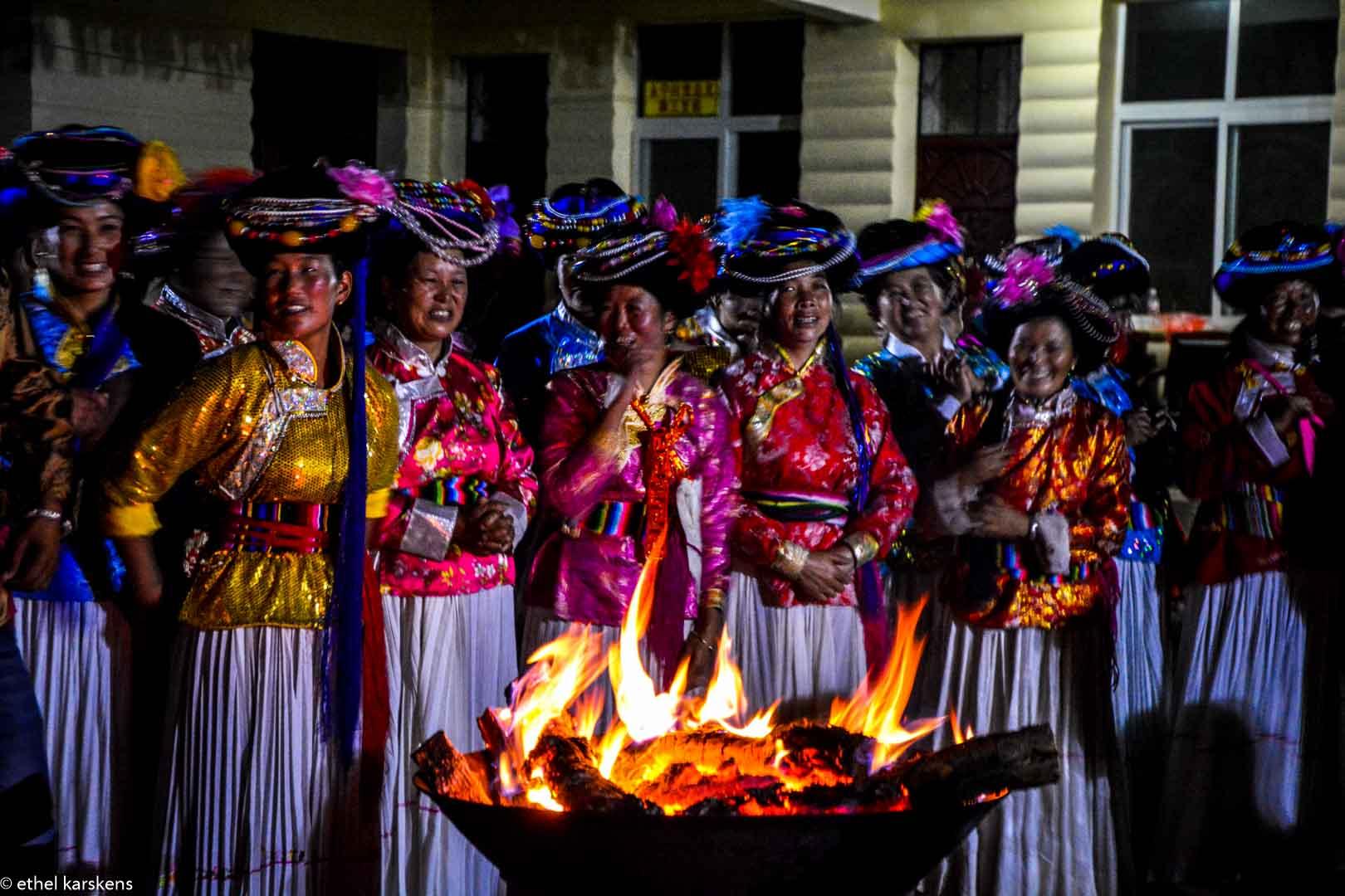 Femmes qui chantent à une cérémonie Mosuo