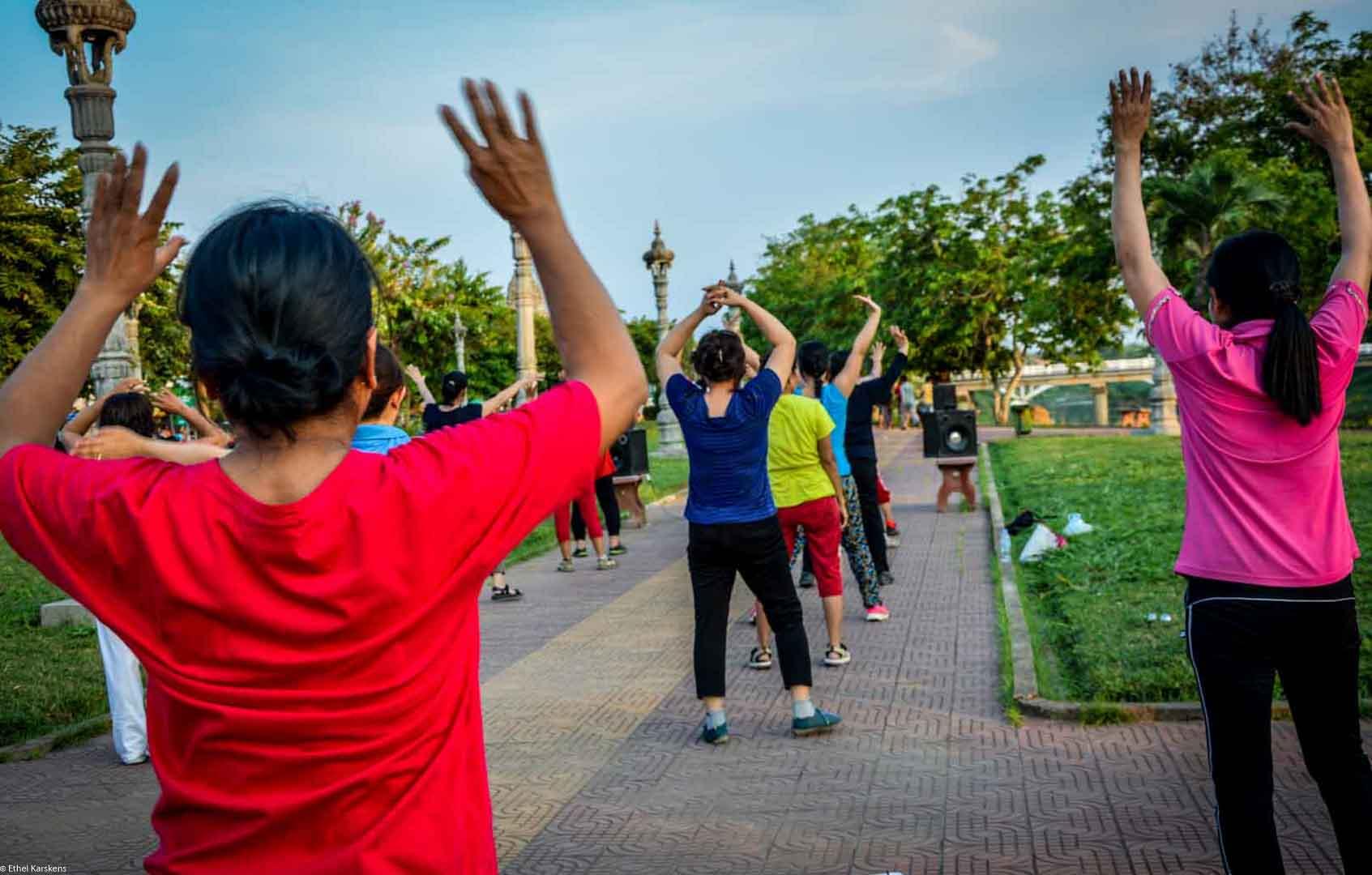 Femmes dansant dans le parc (Battambang)