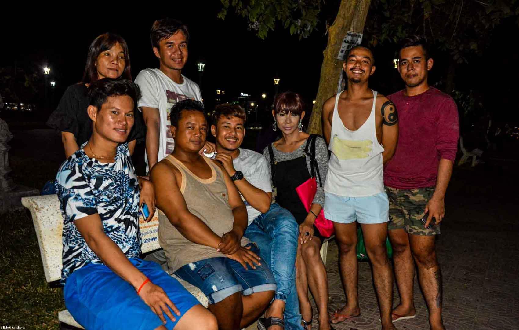 Femmes et hommes dans le parc (LGBT community)