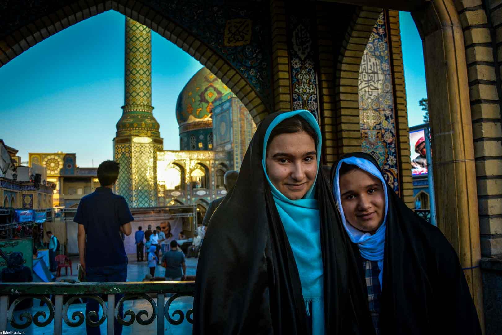 Jeunes filles devant l'Emamzadeh Saleh