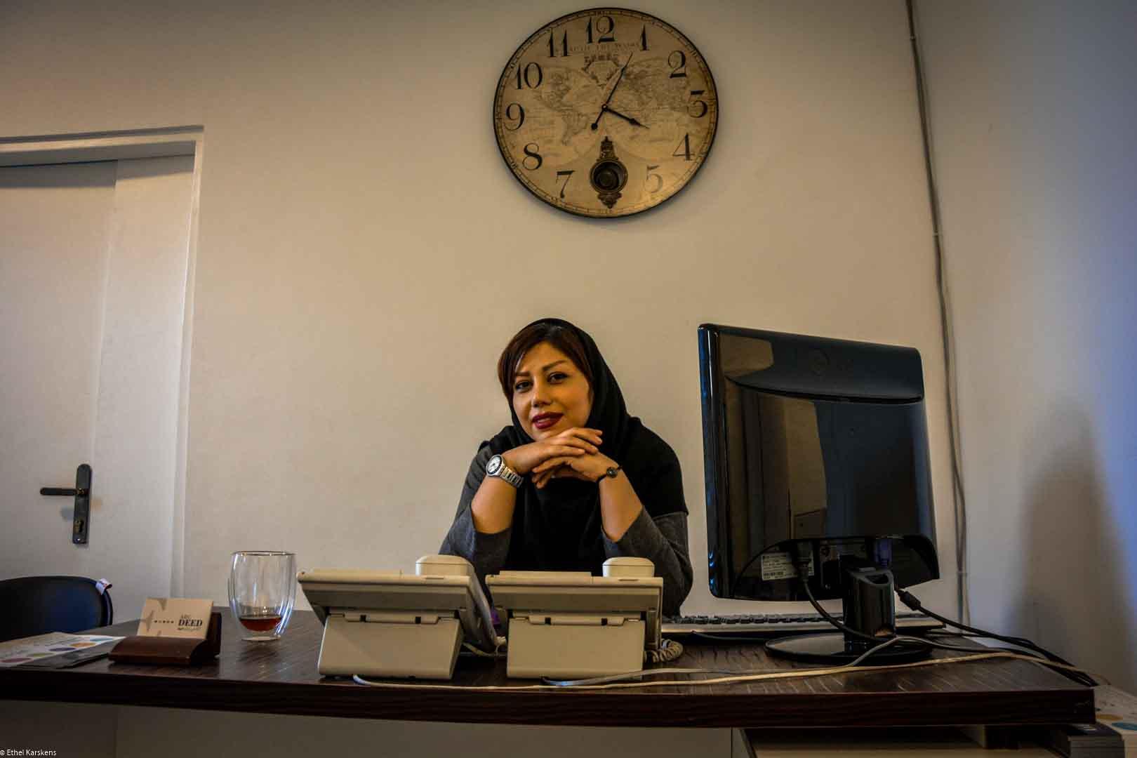Femme non-mariée, secrétaire à plein temps