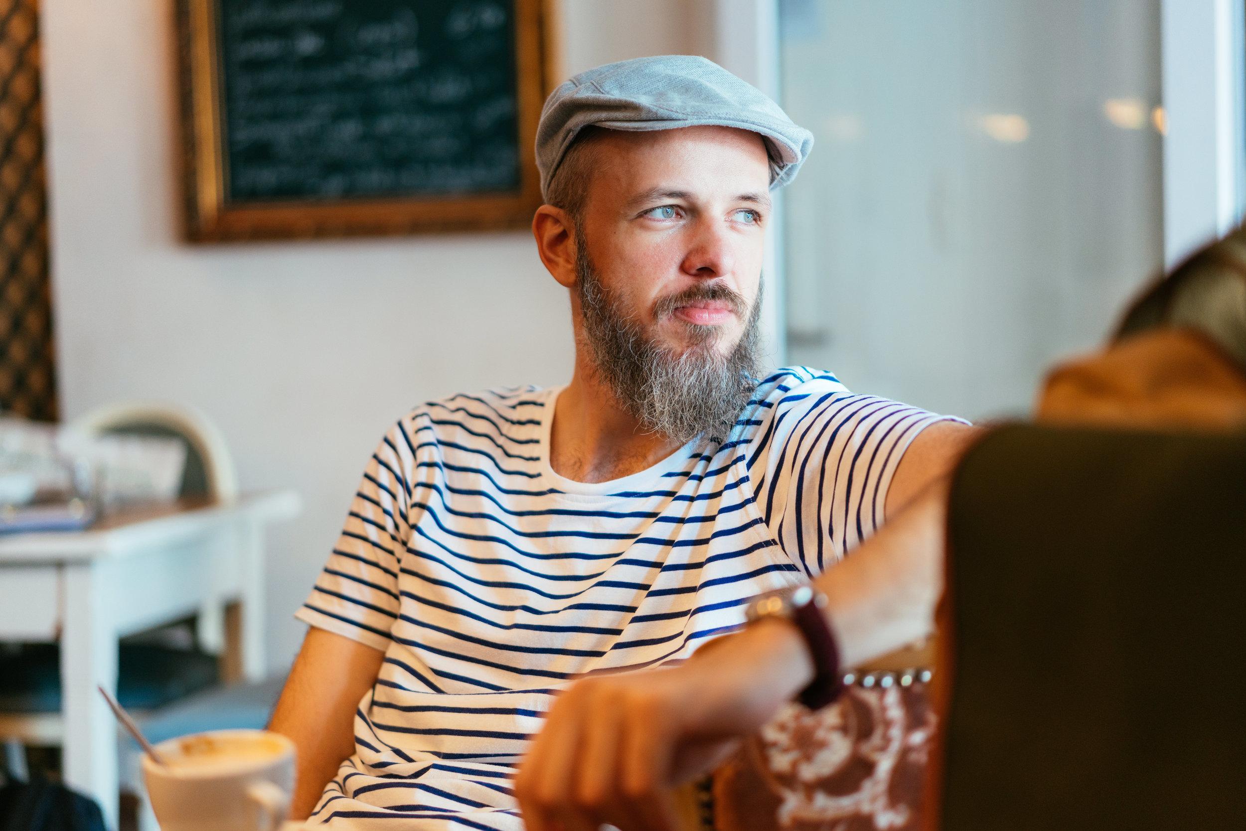 Sebastian genießt einen Cappuccino in Birgits neuem Glück, dem Pollok ( was zufälliger Weise auch ihr Nachname ist ;–) ).
