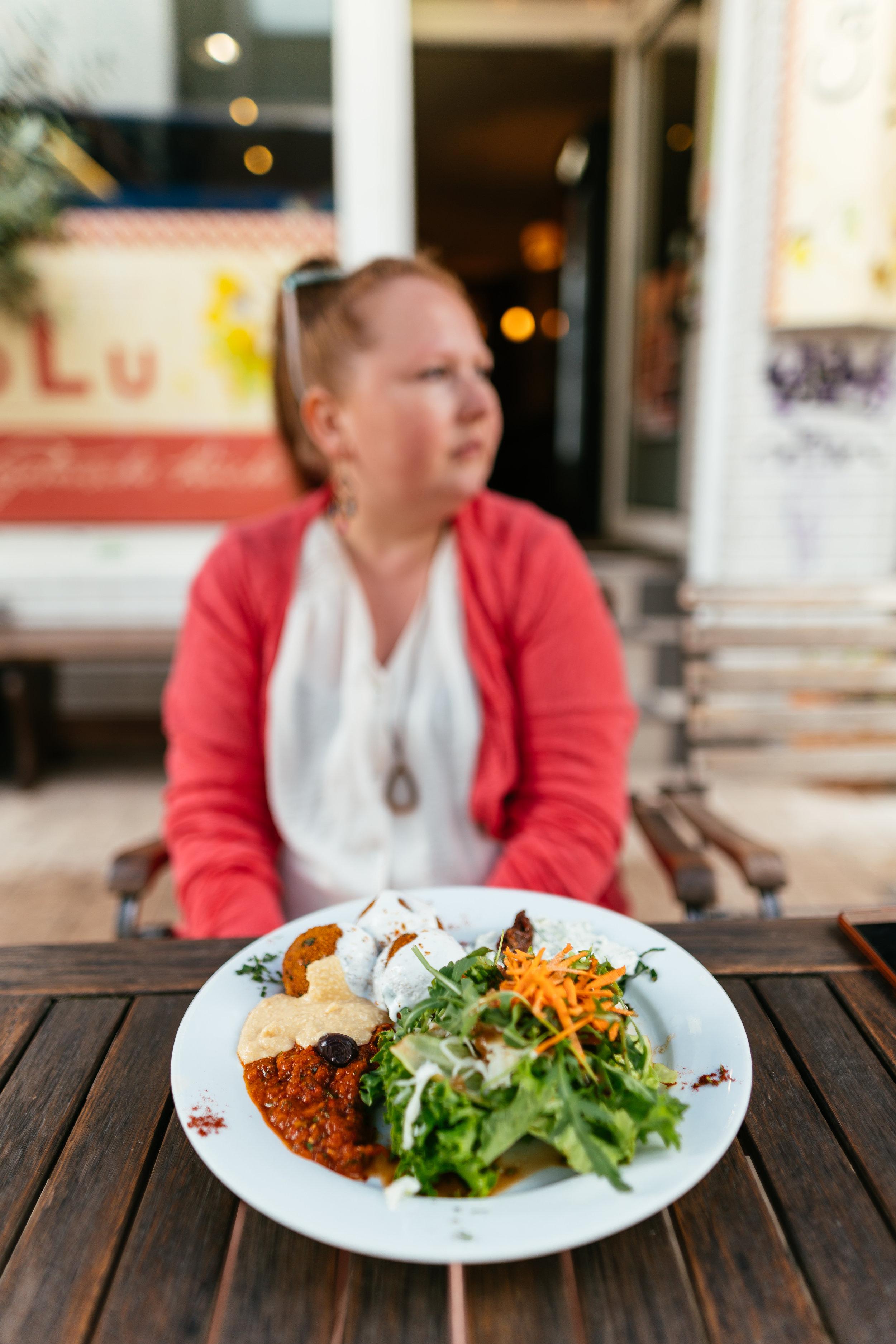 LoLu – vegetarisches und veganes Restaurant / Imbiss - Zugegebener Weise haben Sebastian und ich das LoLu bisher noch gar nicht verbloggt, es erinnert halt nicht unbedingt an einen hippen Spot, das Essen allerdings ist sehr empfehlenswert. Sogar Sebastian, als Fleischfanatiker, isst hier ausnahmsweise gerne vegan / vegetarisch. ;)Deswegen wird's auch endlich mal Zeit, LoLu in unsere Empfehlungen aufzunehmen: Es liegt sehr zentral, ist preislich fair und es gibt 'ne Menge Auswahl!Besonders empfehle ich immer wieder gern den Zucchini– oder Seitanburger und dieKartoffelkäsebällchen mit Humus, Salat und Dipp, dazu einen hausgemachten Ayran – ein Traum UNDrecht gesund, genau der richtige Ausklang für unsere heutige Tour.Anmerkung Sebastian: Das LoLu ist einer dieser Läden, wo ich immer das Gleiche bestelle und nie experimentiere, der Zucchini–Burger mit den Potato–Wedges ist einfach ZU GUT! ☺