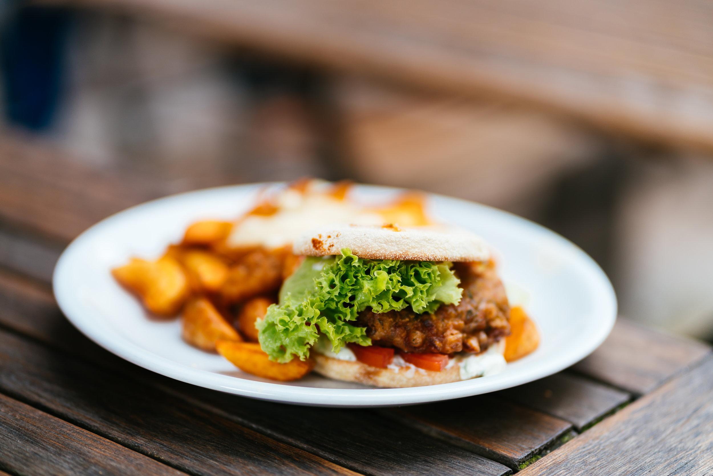Versucht erst gar nicht, Fleisch zu imitieren, sondern ist lecker auf seine eigene Art und Weise: Der famose Zucchini–Burger!