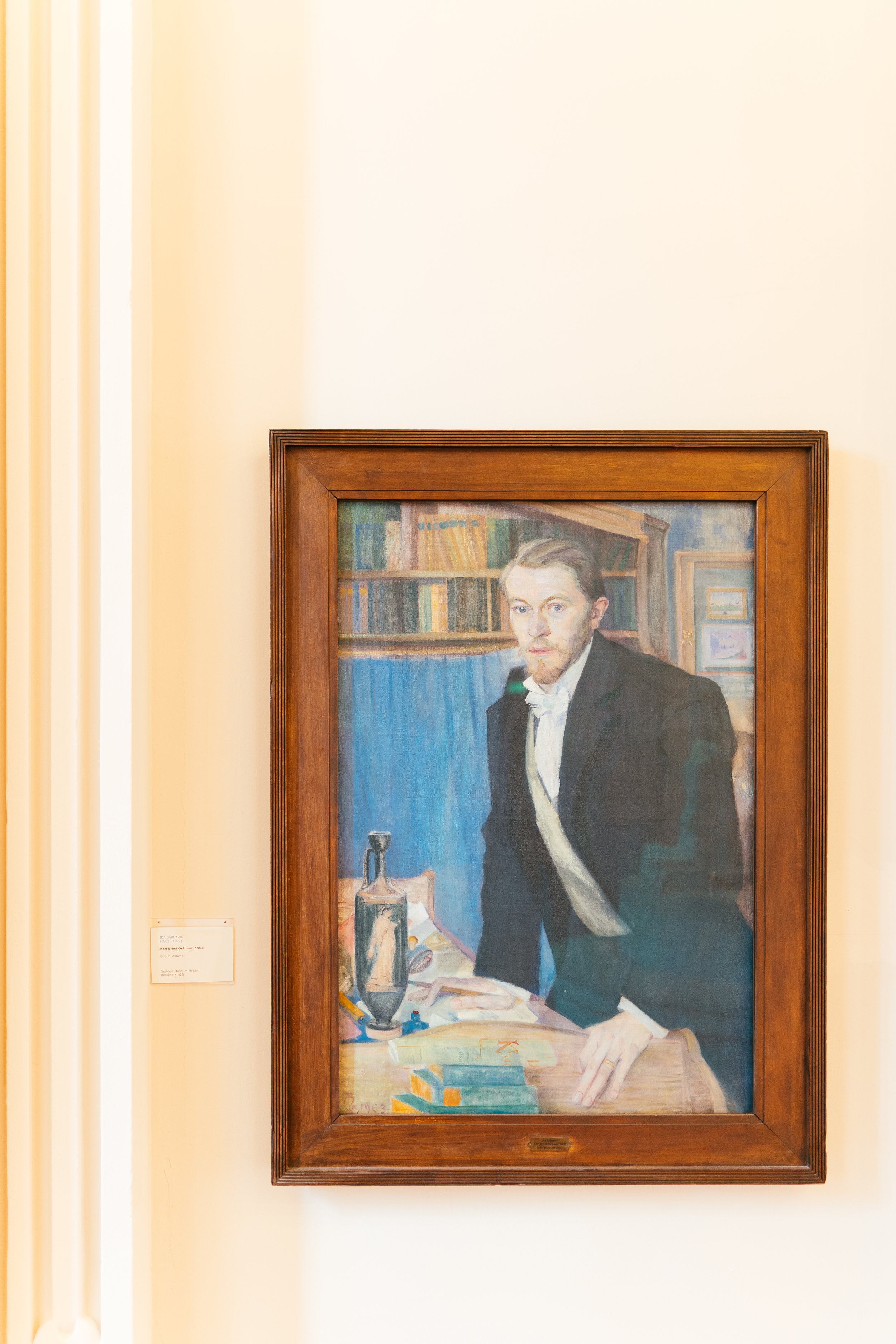 Karl Ernst Osthaus - ist Stifter und Namensgeber des wohl berühmtesten Museums der Stadt.1874 geboren in Hagen, entstammt er einer Bankiers– und Industriellenfamilie, will aber den von seinen Eltern vorgegebenen beruflichen Pfad nicht einschlagen.Eine Ausbildung in einem der elterlichen Betriebe zum Kaufmann endet dann auch im Nervenzusammenbruch – erst danach wird es ihm väterlicherseits gestattet, sich im Rahmen eines Studiums den ,,schöngeistigeren Dingen