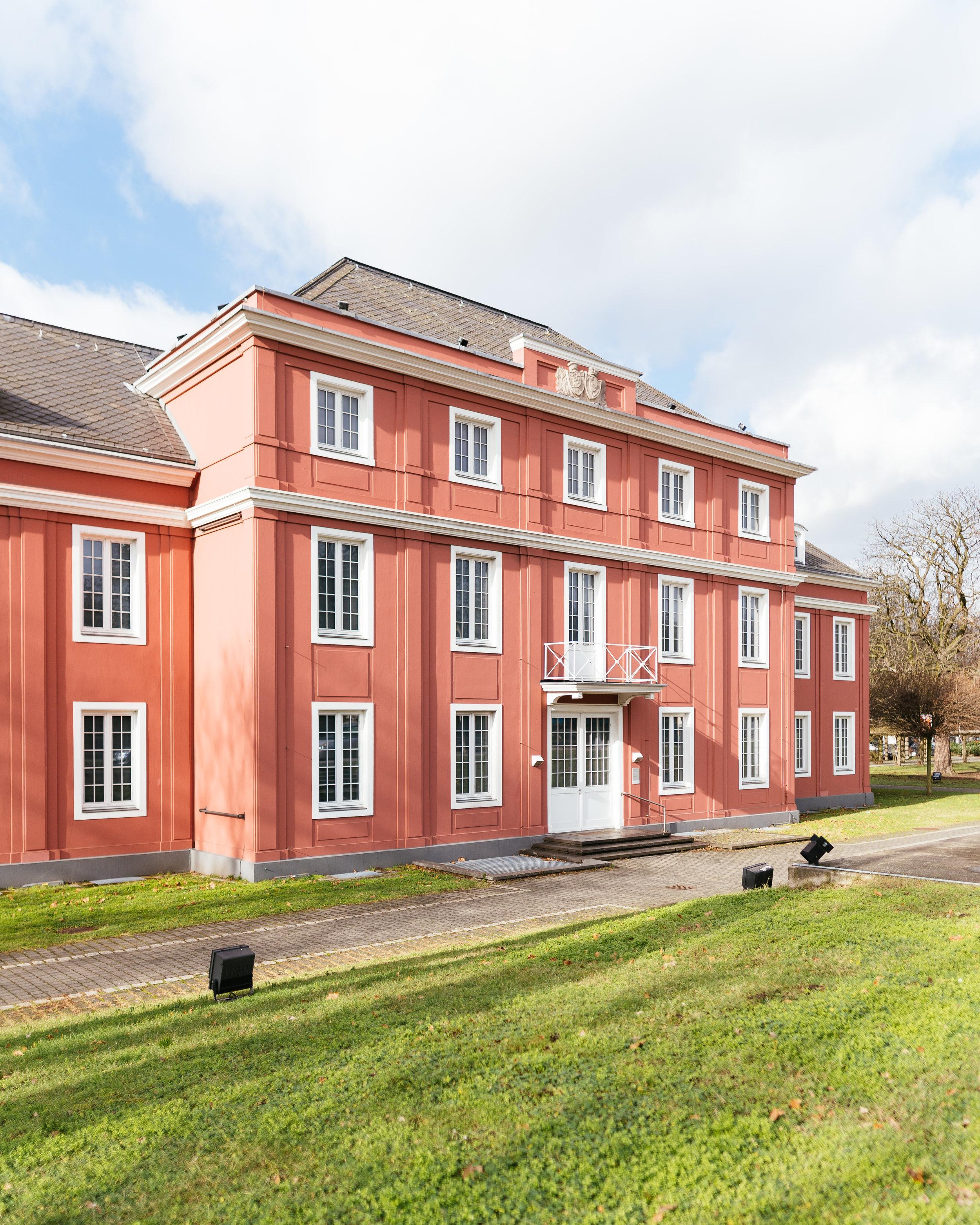 """LUDWIGGALERIE Schloss Oberhausen - Es gibt wohl keinen anderen Ort, an dem das Ruhrgebiet so erlebbar, so spürbar ist wie in Oberhausen, diese Stadt, benannt nach einem Bahnhof, der seinerseits nach einem Schloss im ,,Nirgendwo"""" benannt wurde – Oberhausen ist keine sehr alte Stadt.Genau dieses Schloss ist der Ankerpunkt unserer heutigen kulturell–kulinarischen Entdeckungsreise ins Herz des Potts.Hier befindet sich mit der LUDWIGGALERIE ein Museum, das vor allem bekannt ist durch seine großartigen Sonderausstellungen, die häufig mit ihren Themen ein breites Publikum ansprechen."""
