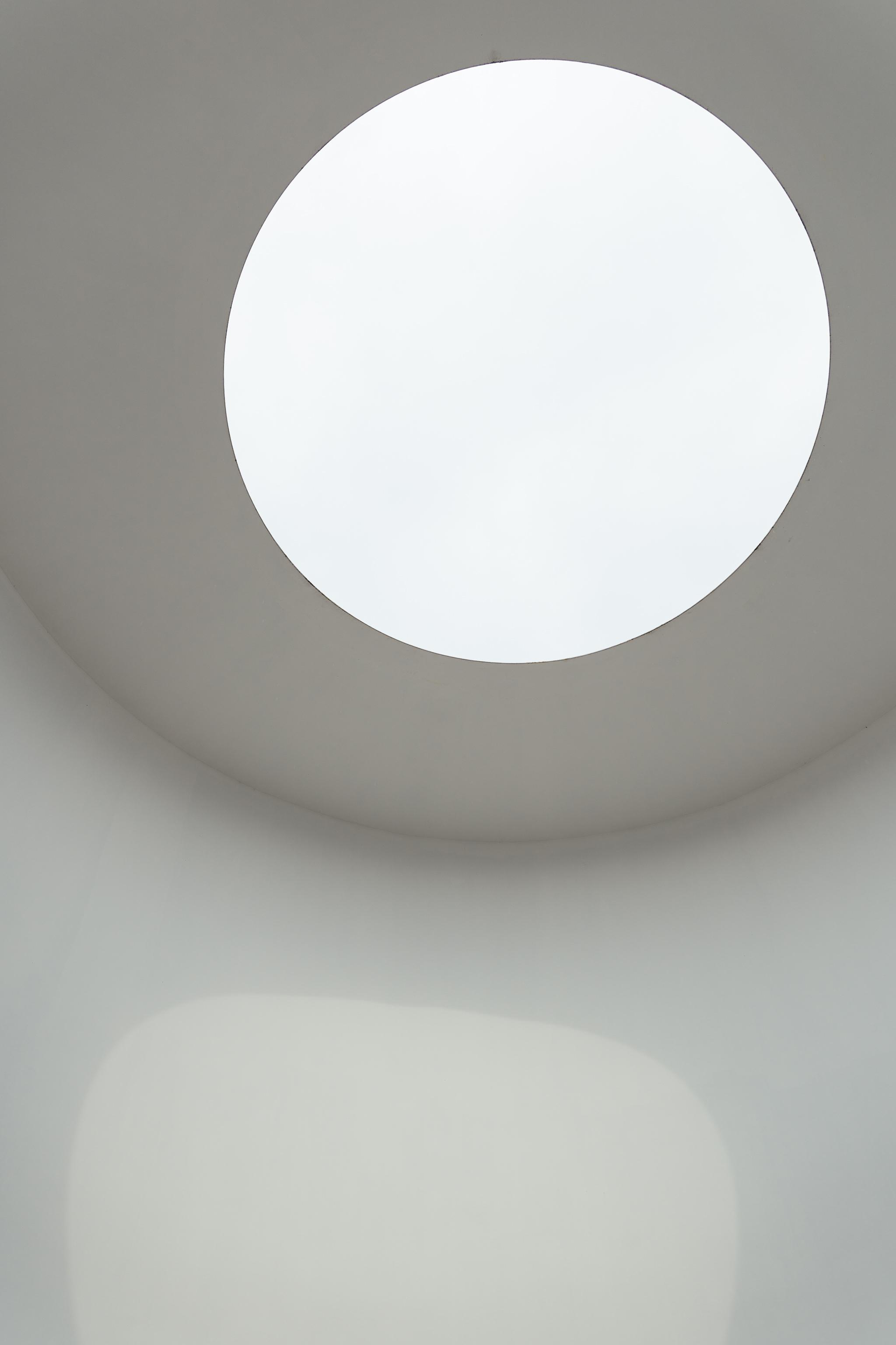 """Der Skyspace ,,Third Breath"""" - des wohl berühmtesten aller Lichtkünstler, James Turrell, entfaltet gerade um den Sonnenuntergang herum seine transzendentale, meditative Wirkung…Hier lässt sich gerade an Sommerabenden gedankenverloren ein Stündchen verbringen.Für die BesucherInnen unsichtbare LEDs verstärken das visuelle Erlebnis (beispielhaft zu sehen hier auf der Website des Künstlers).Der Skyspace übrigens ist ein eigenes Gebäude; es erinnert an eine Art Burg – glatte Betonwände, uneinnehmbar, mit ,,Schießscharten"""" als Ausguck auf Unna. Dass es ein eigenständiges Gebäude ist, wird einem übrigens erst nach dem Besteigen, aus den Gewölben des Kellers emporkommend, bewusst.Wann genau der Skyspace zum Sonnenuntergang begehbar ist, erfahrt Ihr hier."""