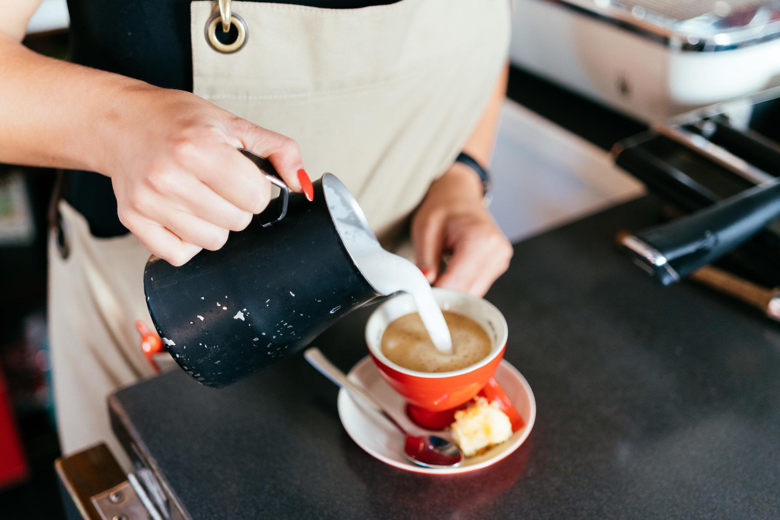 So, und jetzt noch einen Kaffee –wir waren jedenfalls begeistert vom Westermanns Deli, dem Gesamtkonzept und der Qualität der dargebotenen Speisen und kommen wieder (leider erst im September, nach den Sommerurlauben). ☺