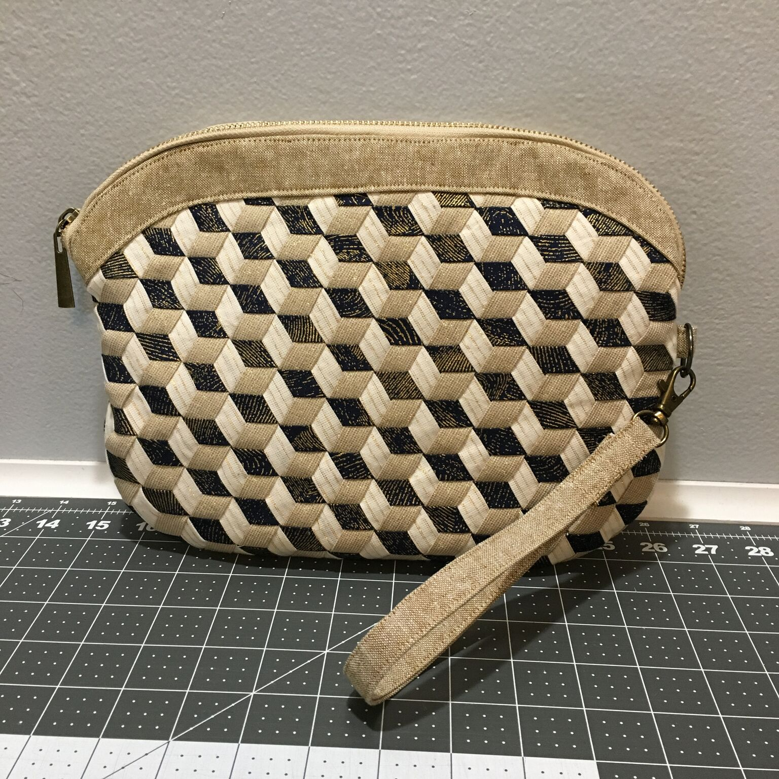 Kim Johnson wove the Tumbling Blocks design using half inch strips, then turned it into this clutch!
