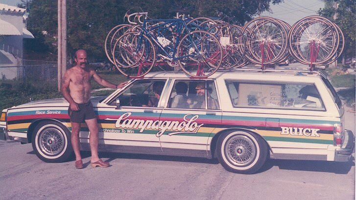 This US team car pic kindly supplied by BiciSport coach Alex Simmons. Lets hope its not him standing beside the car (no hair, hair, no shirt & the footwear is a nice touch). Who is the dude in the back seat ....