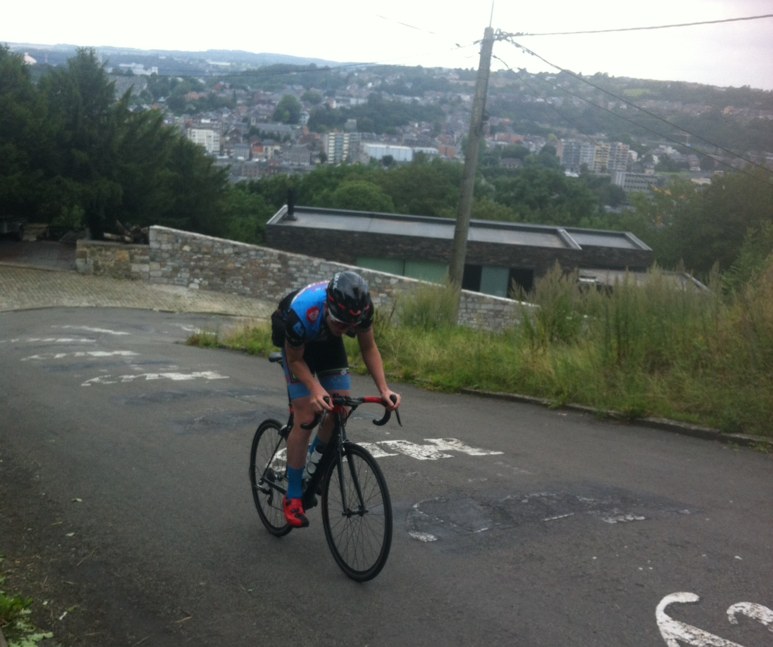 Mur (Wall) of Huy with the town in the background going through turn 1 @ 26%