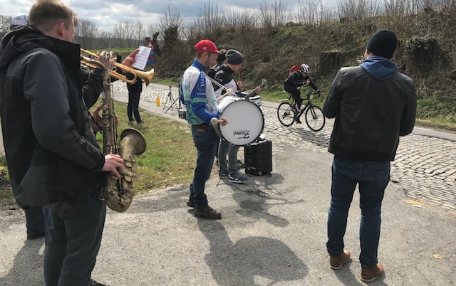 BiciSport in Flanders 18 @ 31 Mar - at the Eikenberg cobbled climb the local jazz band provided the entertainment