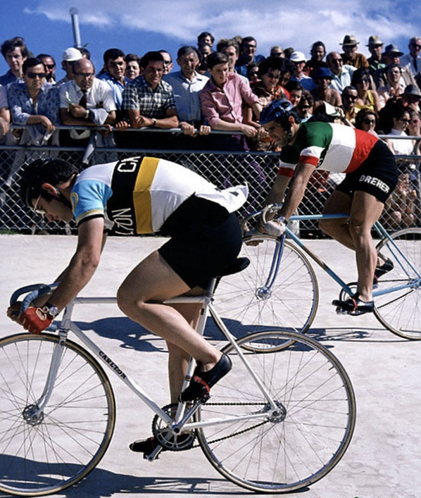 Gordon leads Giordano at Camperdown. Professional sprinters of the day never wore socks !