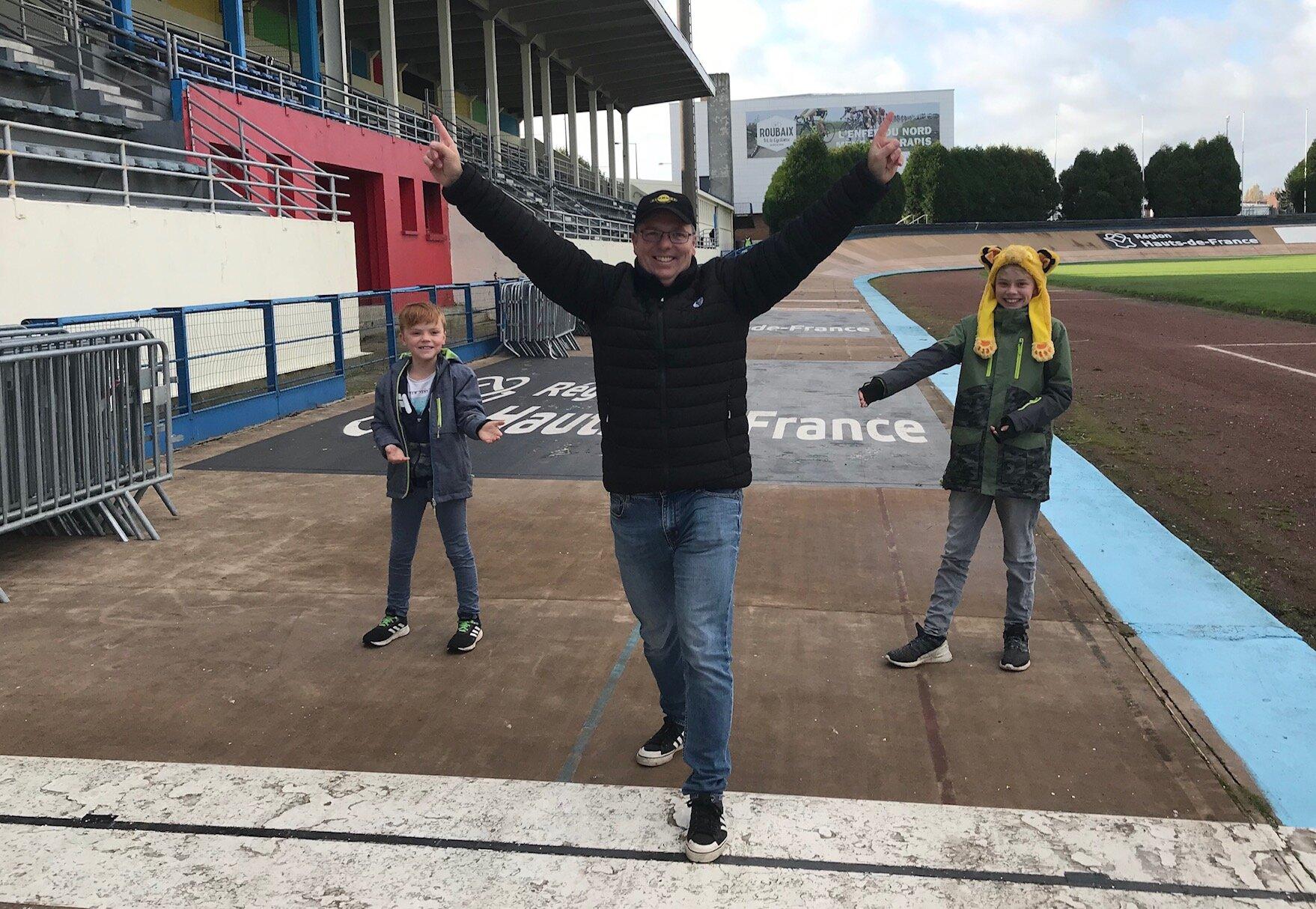 Roubaix Velodrome @ 12 Nov - Davide Browne (BiciSport Master) takes the victory salute at the Roubaix Velodrome