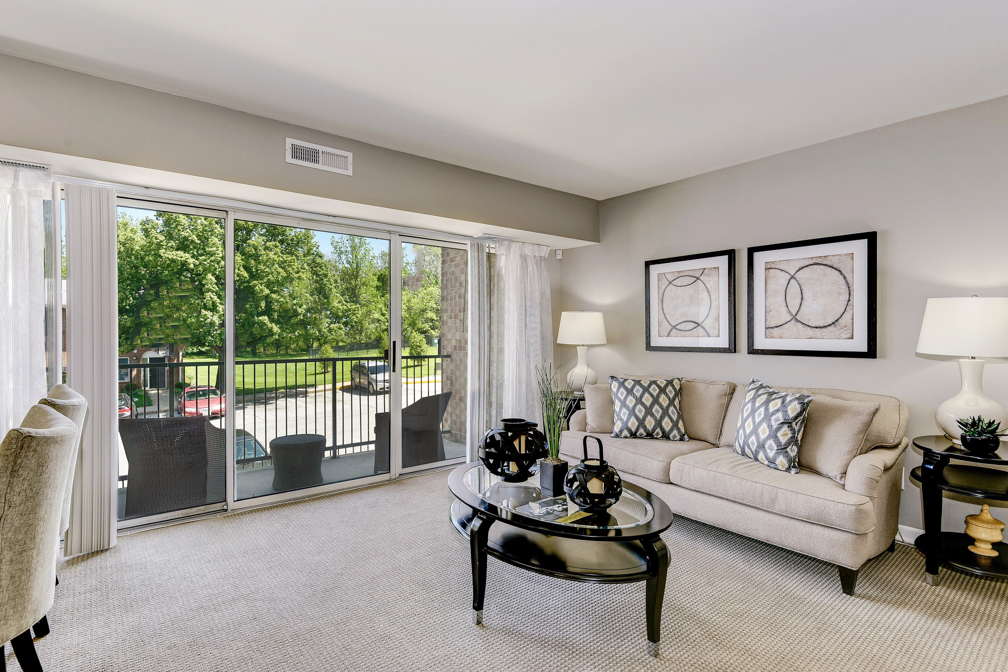 Hampton Manor Apartments & Townhomes in Cockeysville, MD - Living Area