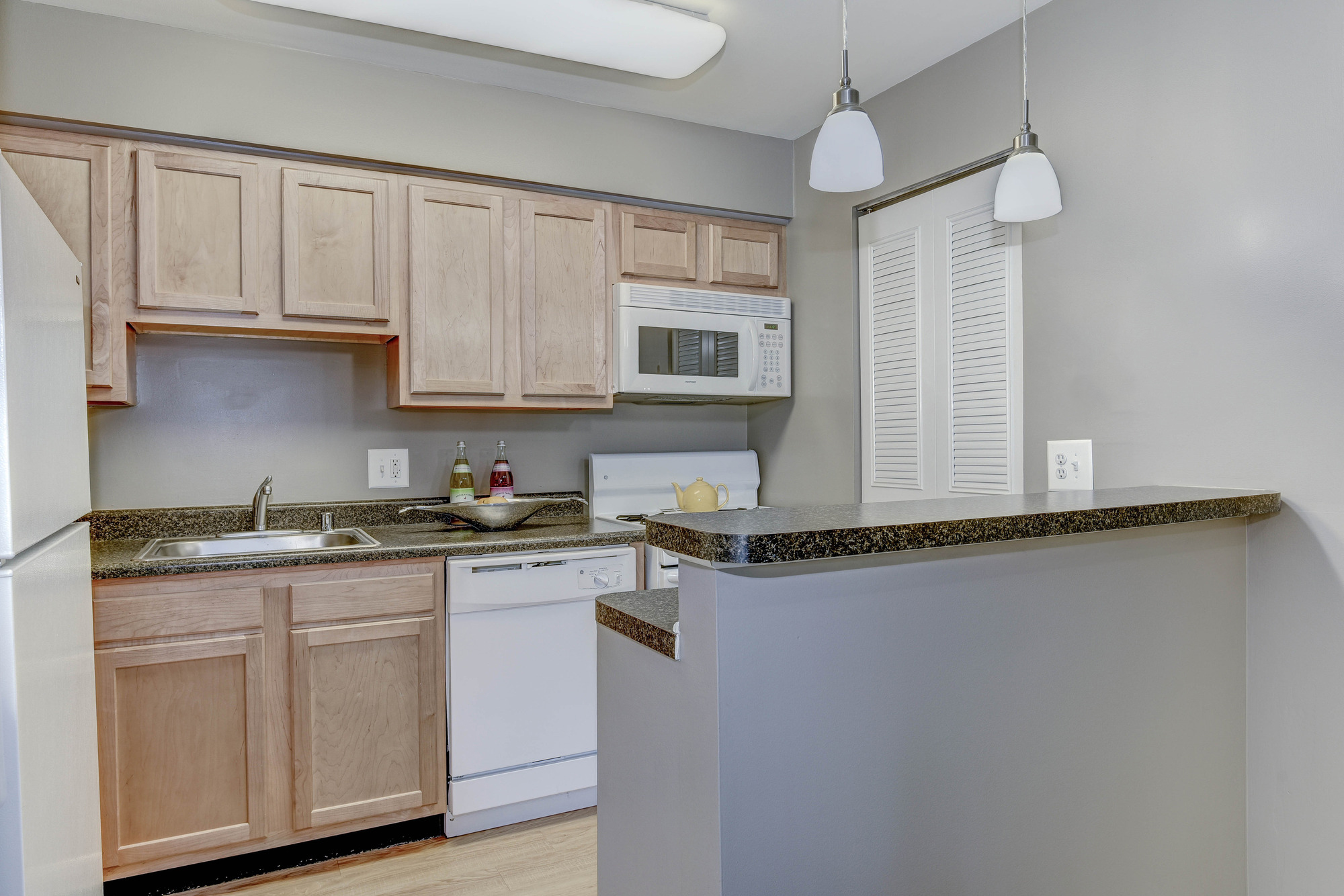 Hampton Manor Apartments & Townhomes in Cockeysville, MD - Apartment Kitchen
