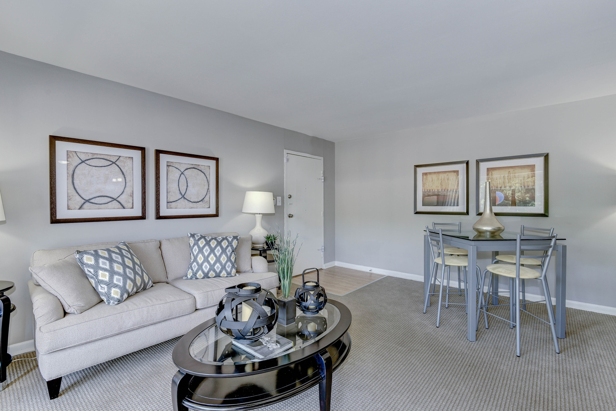 Hampton Manor Apartments & Townhomes in Cockeysville, MD - Apartment Living Room