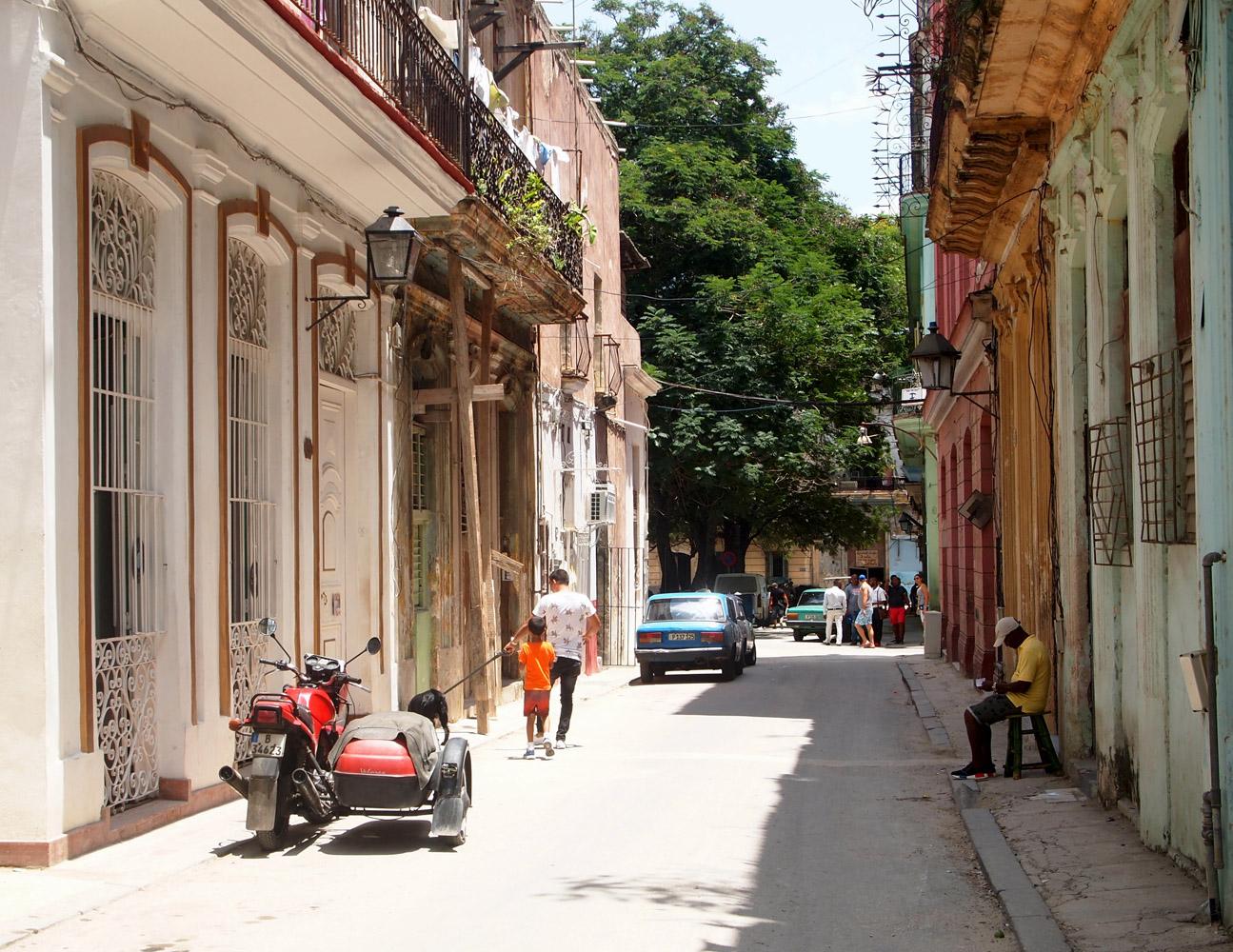 Cuba-Havana-Vieja-Street-Locals