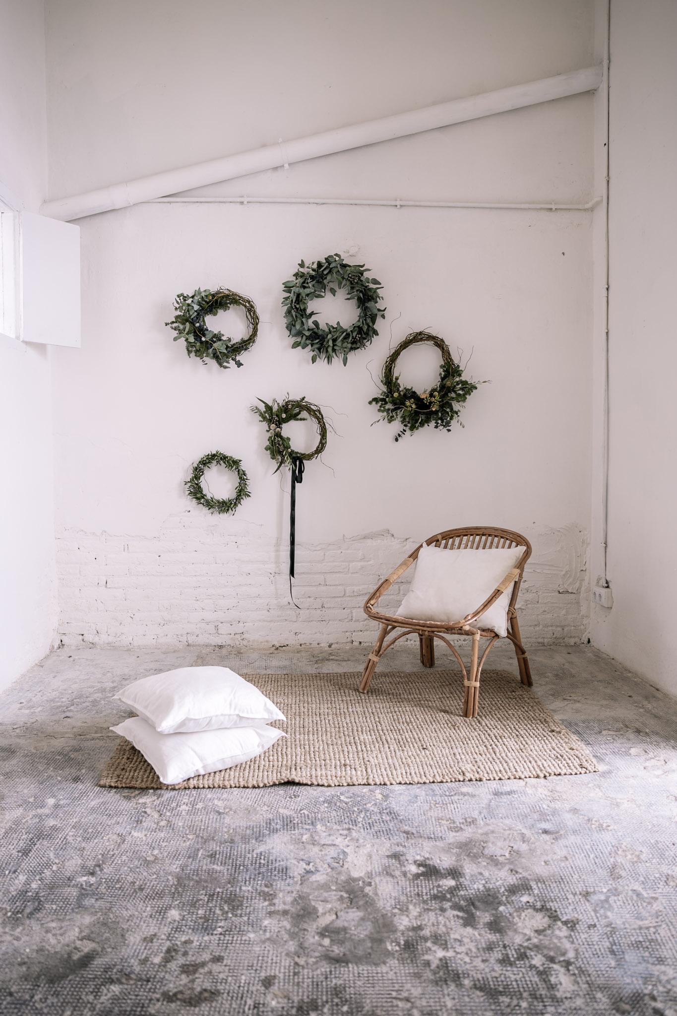 Sala diáfana y vacía pintada en blanco lista para ser reinterpretada - Espacio de 25 metros cuadrados.Conjunto de estanterías.