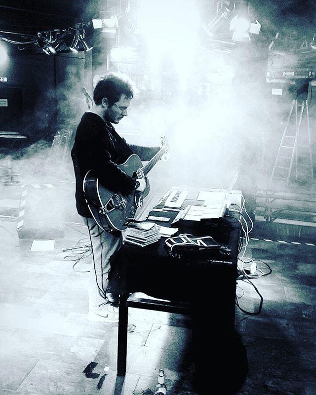 So sehe ich aus, wenn ich mich auf einen Auftritt vor meinem wichtigsten Kritiker, der Leiter, vorbereite.  #music #berlin #nukeclub #konzert #concert #sonofanarchy #gretsch #fahrrad #smoke #nebelmaschine #bochum #ontour  Foto: @ser0toni
