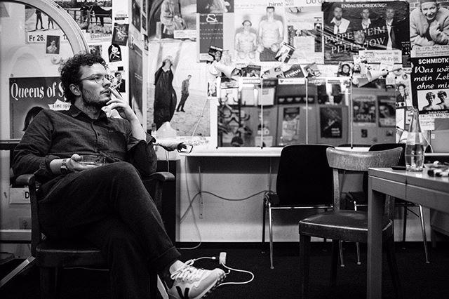 so werde ich noch zweimal im backstage sitzen: am 22.5. in hamburg und am 26.5. in bochum. für beide shows gibt es noch karten, aber eins gebe ich zu: in keiner wirklichkeit sehe ich so gut aus, wie auf den fotos von @fabianstuertz  #bochum #hamburg #köln #musik #slam #smoking #posters #blackandwhite #nachdenklichebilderohnesprüche