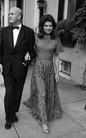 Ph: Jackie Onassis and George Stevens, 1972. Getty.