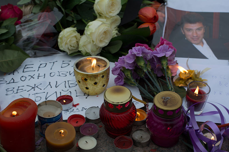 There_are_flowers_and_candles_near_the_site_of_the_murder_of_Boris_Nemtsov1.jpg