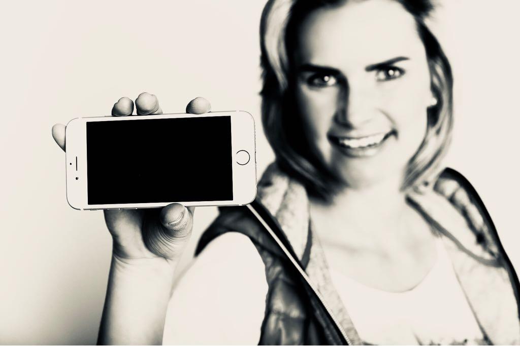 Graustufen_Handy_Smartphonesucht_Handysucht_Switch Off_Monika Schmiderer