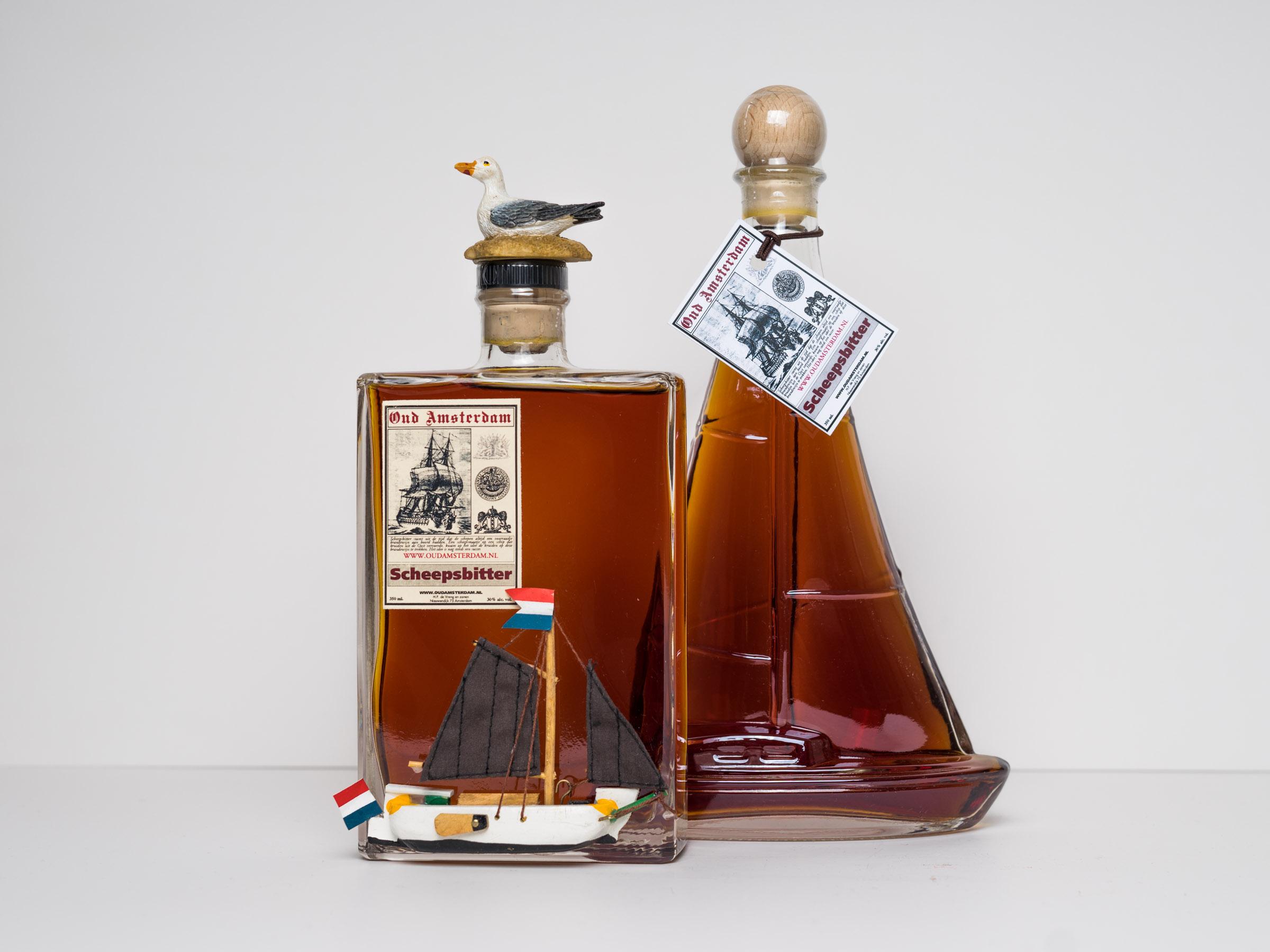 ZEILBOOT MET SCHEEPSBITTER   350ml. € 19,95  fles in vorm van ZEILBOOT MET SCHEEPSBITTER   350ml.  € 19,95