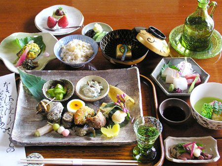 【Price】8,000 JPY / 10,000 JPY / 12,000 JPY  This course is an excellent way to get an introduction into the rich world of Kyoto kaiseki cuisine.  * The ingredients for this course are changed every month. * Lunch only * This special course is served in dining room in March, April or November to December. * Tax and service charge are excluded.