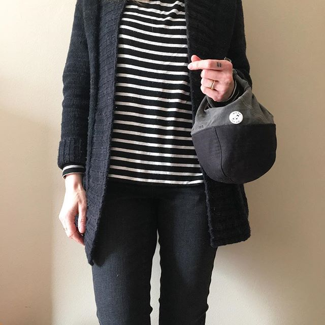 When your project bag matches your outfit. 🖤 Is it knitting happy hour yet? . . . . . #foreverneutrals #blackandwhite #mightywooly #cestariyarns #lilliancardigan #maddermade #knitting #handknitwardrobe #slowfashion #handmadewardrobe