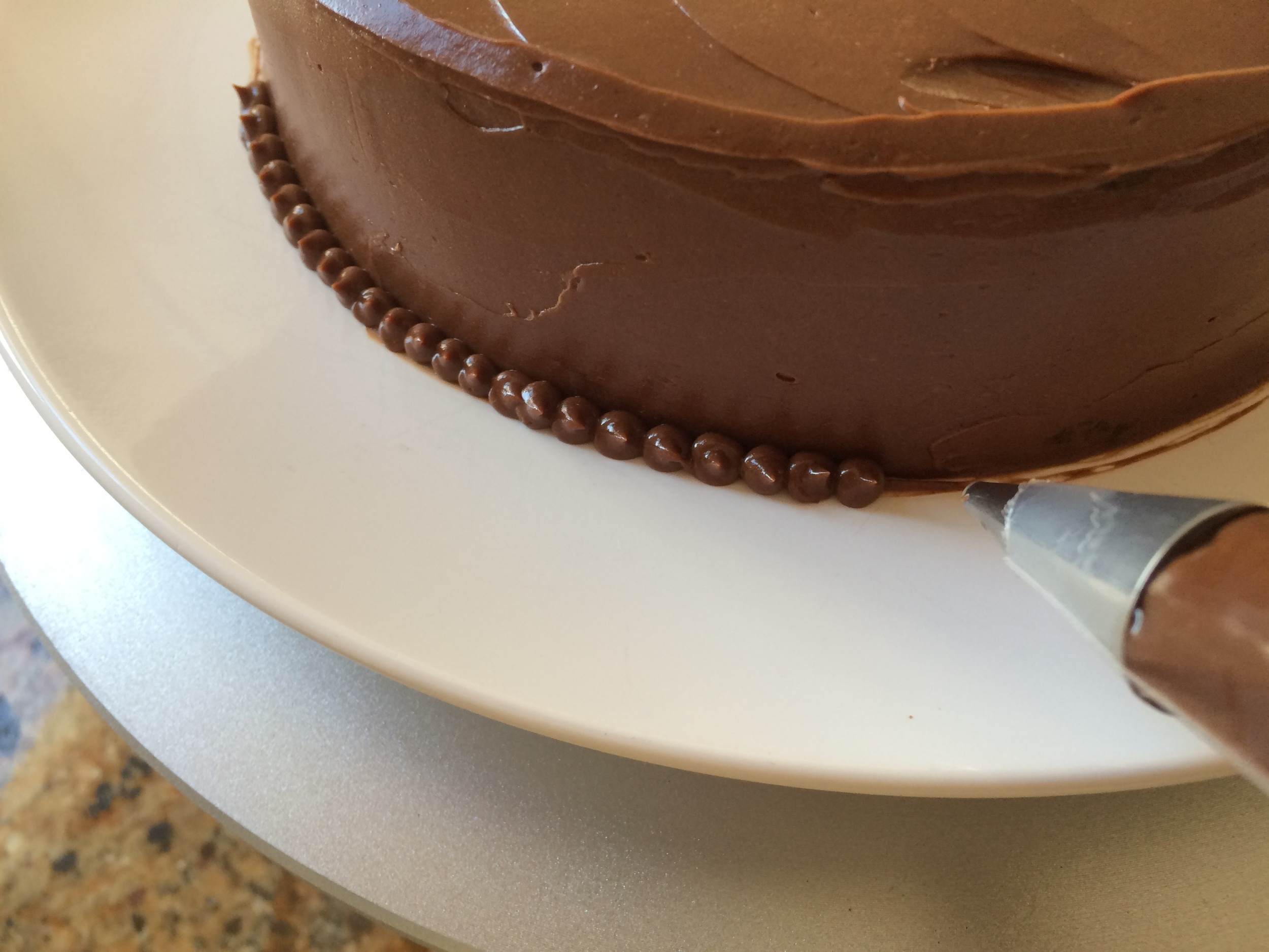 Piping along the edge, or adding a decorative layer of almonds, candies, or other elements makes the plate look clean.
