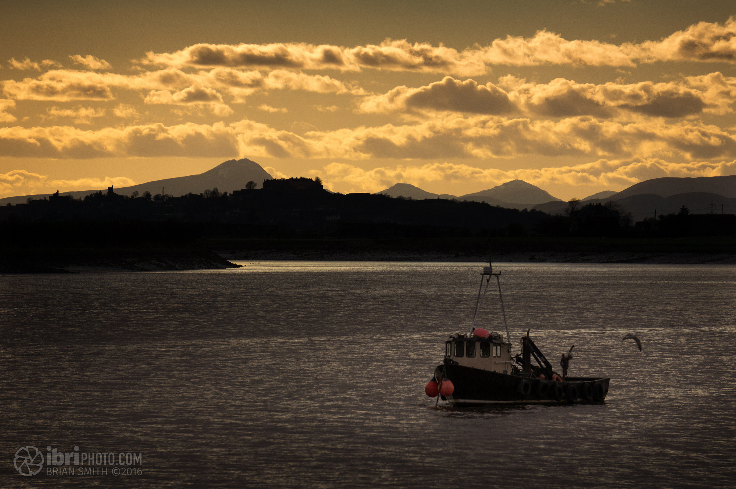 Ben Lomond behind Stirling Castle, and a boat. A Boat n' Ben.