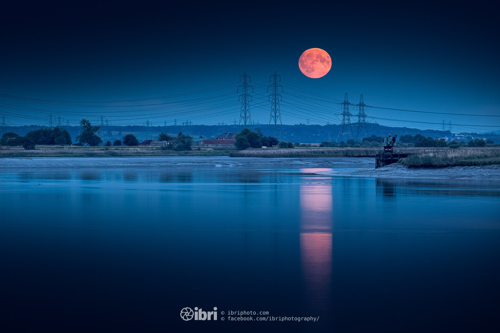 August's Full Moon. The Sturgeon moon ('cause it's apparently easier to net one around this time*). Didn't think it would show, but it sneaked out from the clouds as it rose then promptly sneaked back behind them shortly after. Looking towards the pylons across the River from the harbour.