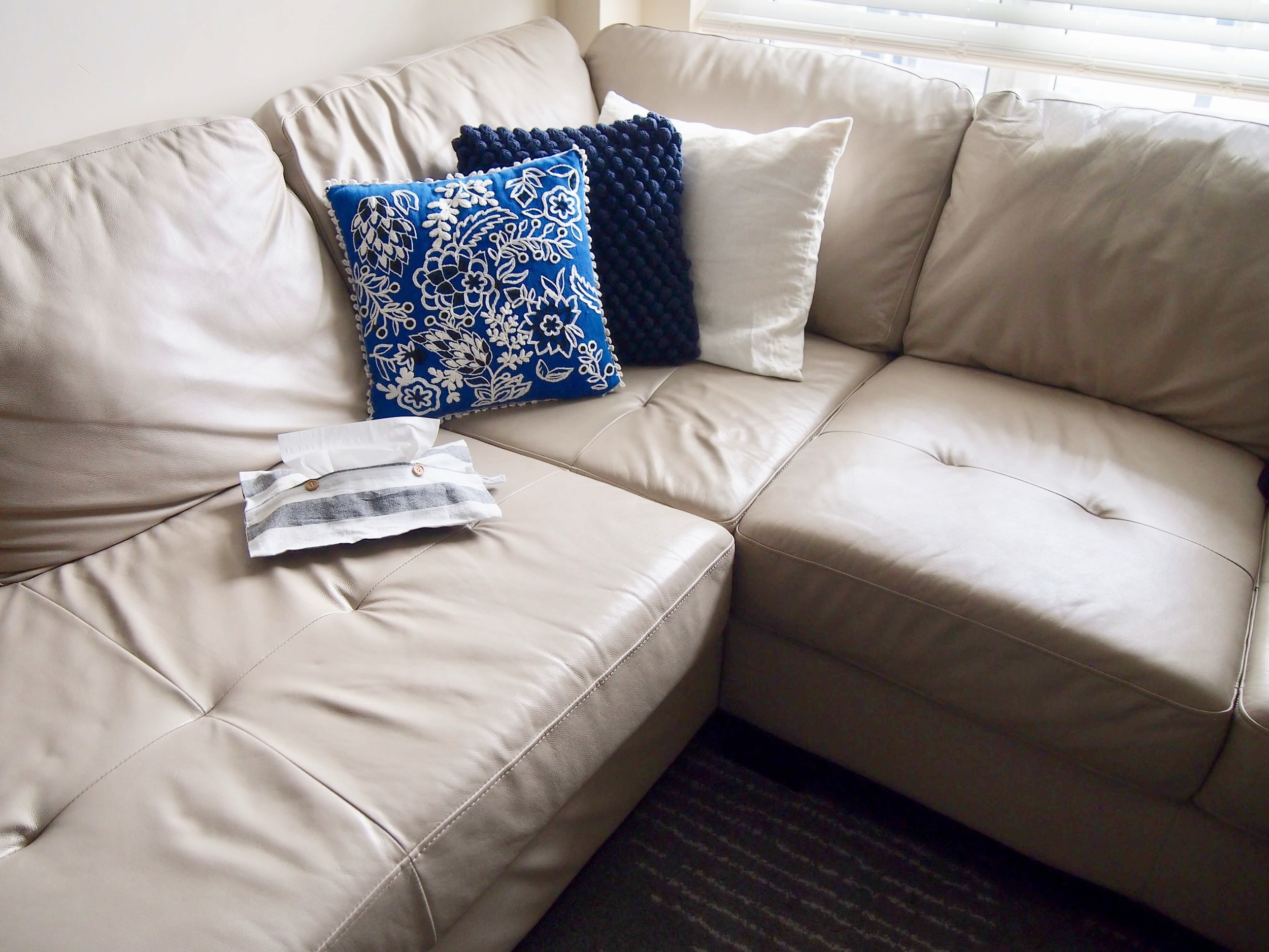 こんな感じでソファーの上に置いても、インテリアのジャマをしないところが気に入っています。