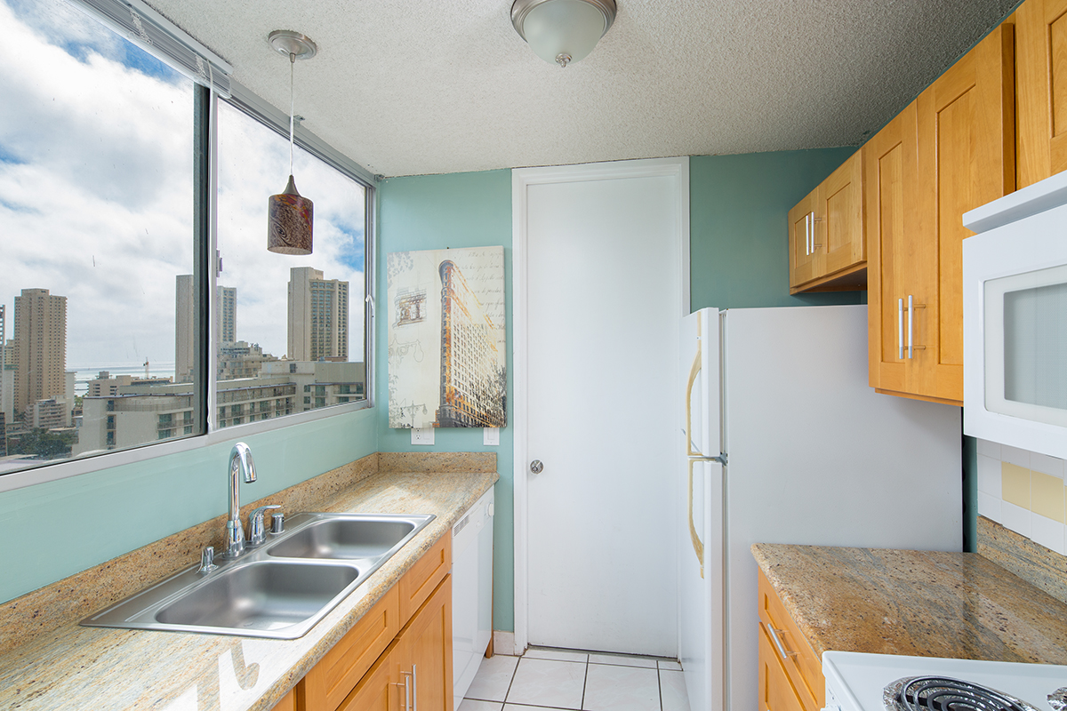 4. Kitchen 1 MLS.jpg