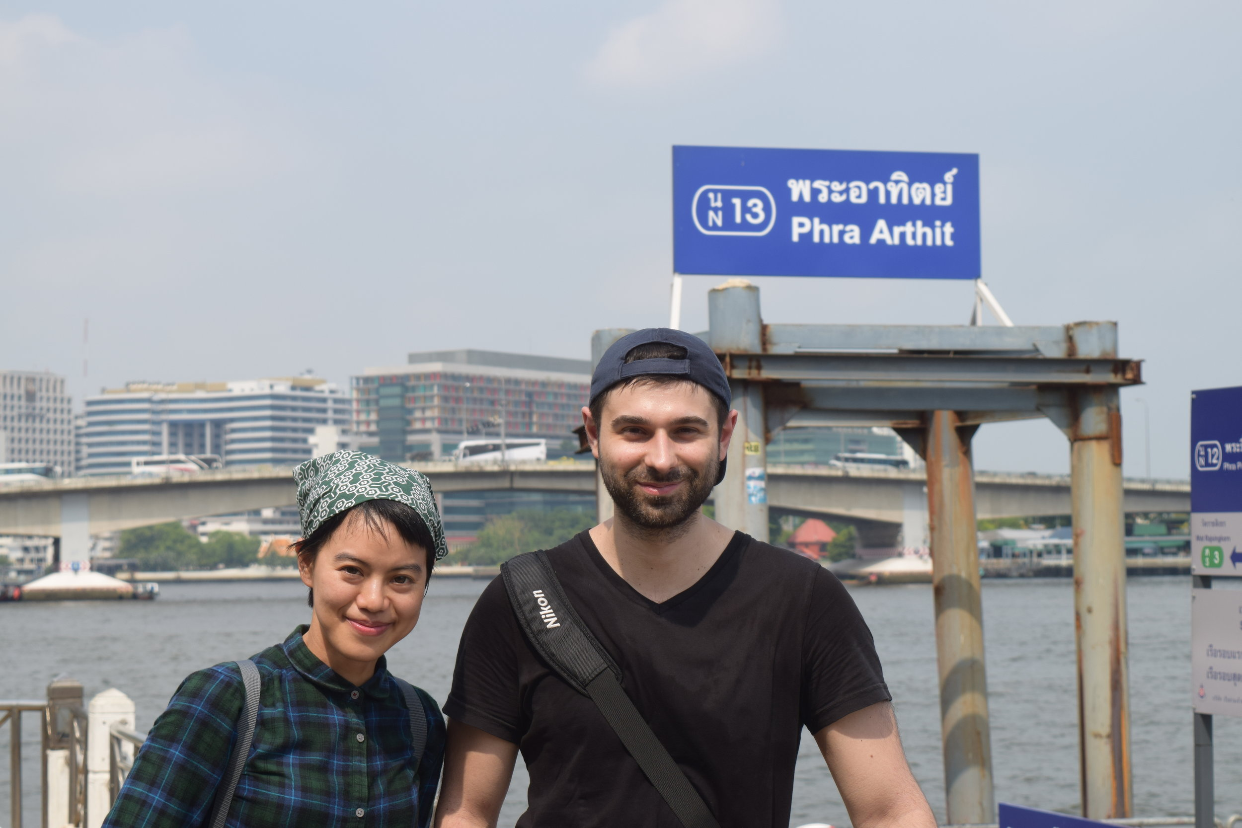 Con la mia amica/guida, pronti per imbarcarci su un vascello che ci porterà attorno a Bangkok.