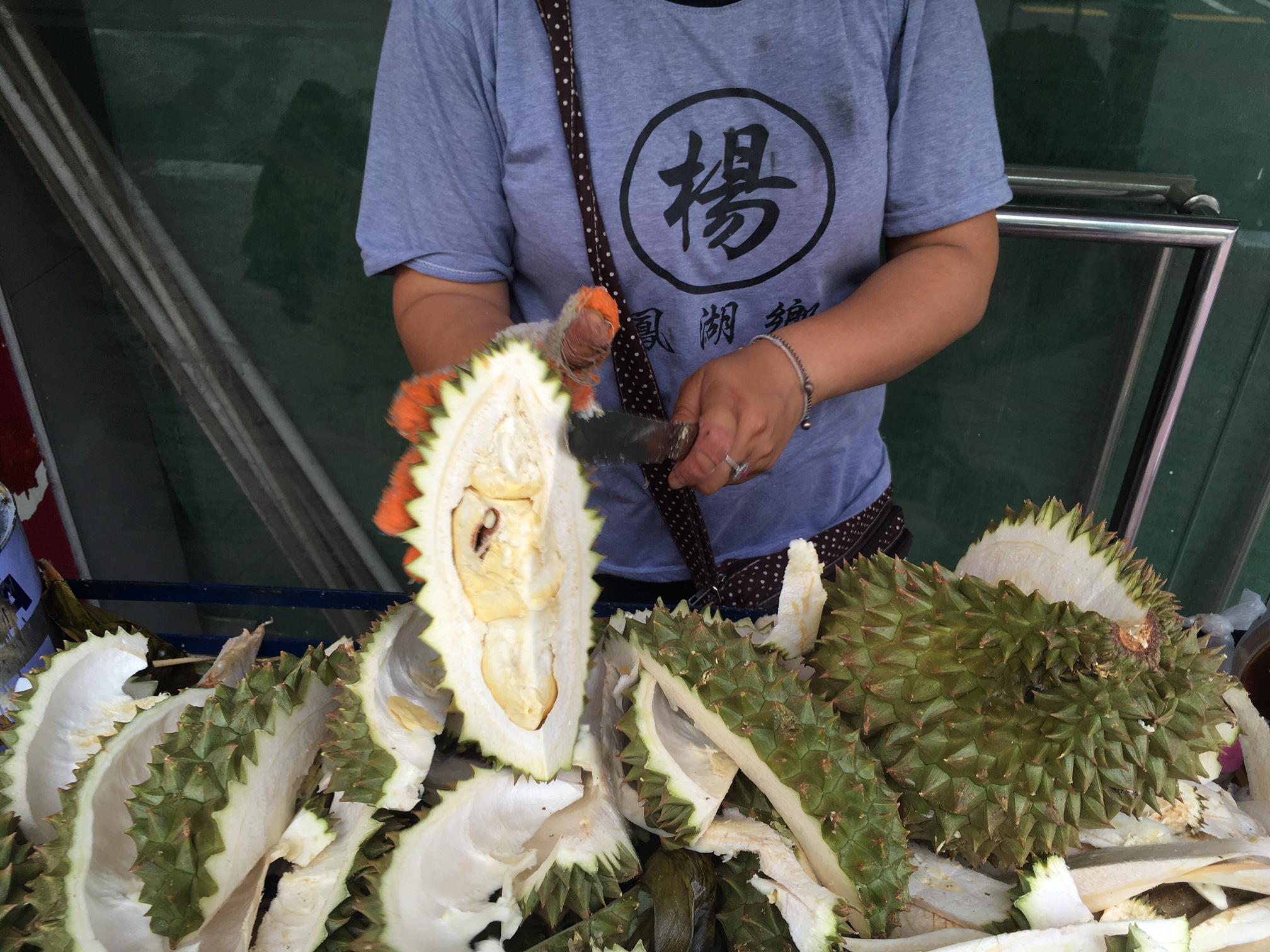Questa gentile signora sta per consegnarmi la mia prima fetta d durian, il 're di tutti i frutti' famoso per essere tra i più puzzolenti ed esotici del mondo. Pochi occidentali si azzardano anche solo ad avvicinarcisi e io ho appena speso 70 bath per il privilegio di assaggiarlo. Come sarà?